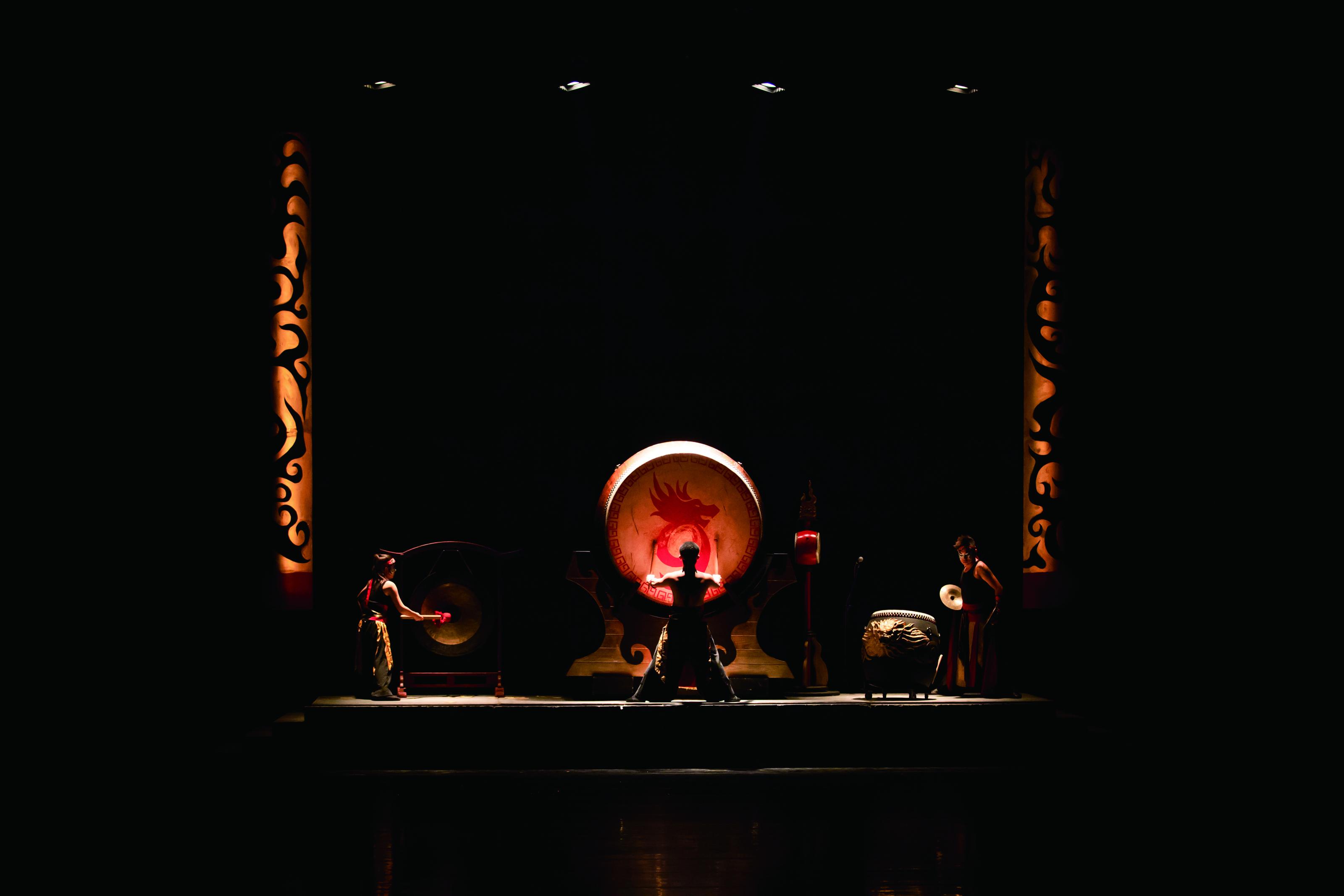 圖5當代劇場的燈光、影像科技,將九天民俗技藝團的傳統陣頭精彩呈現。.jpg