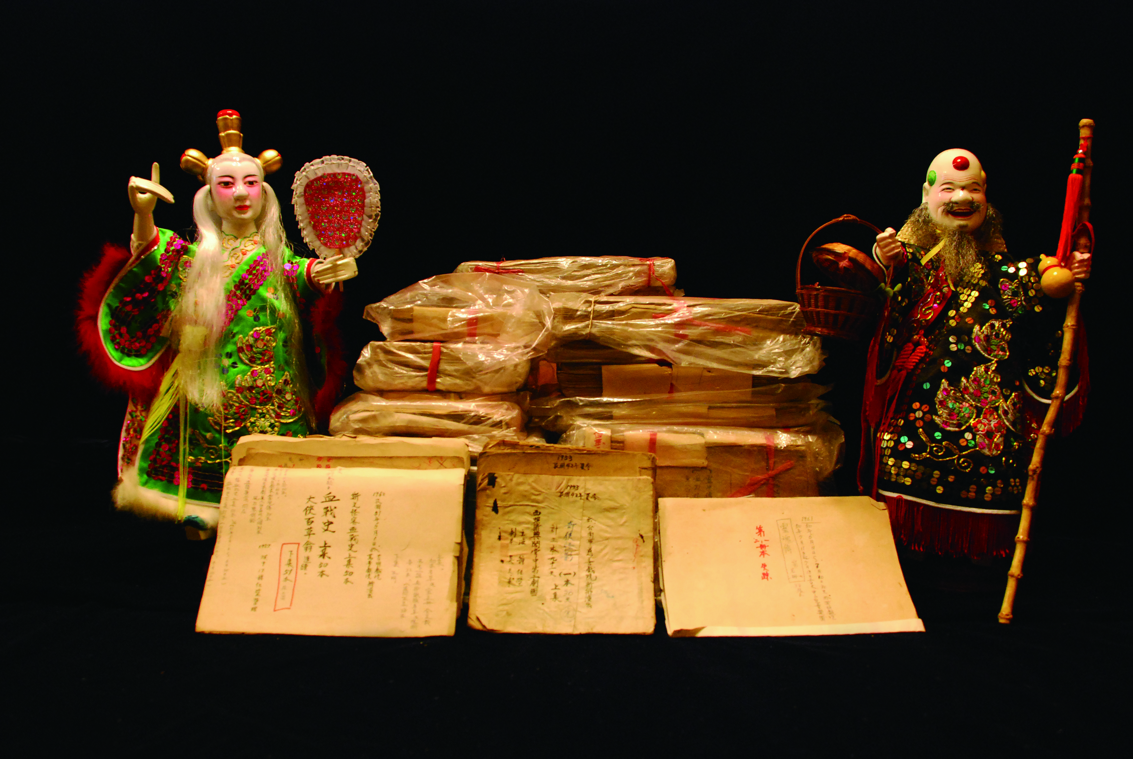 圖7鍾任壁保存的《大俠百草翁》系列劇本與著名的斯文怪客( 左) 與大俠百草翁戲偶。( 新興閣掌中劇團提供,林少緯攝影).JPG
