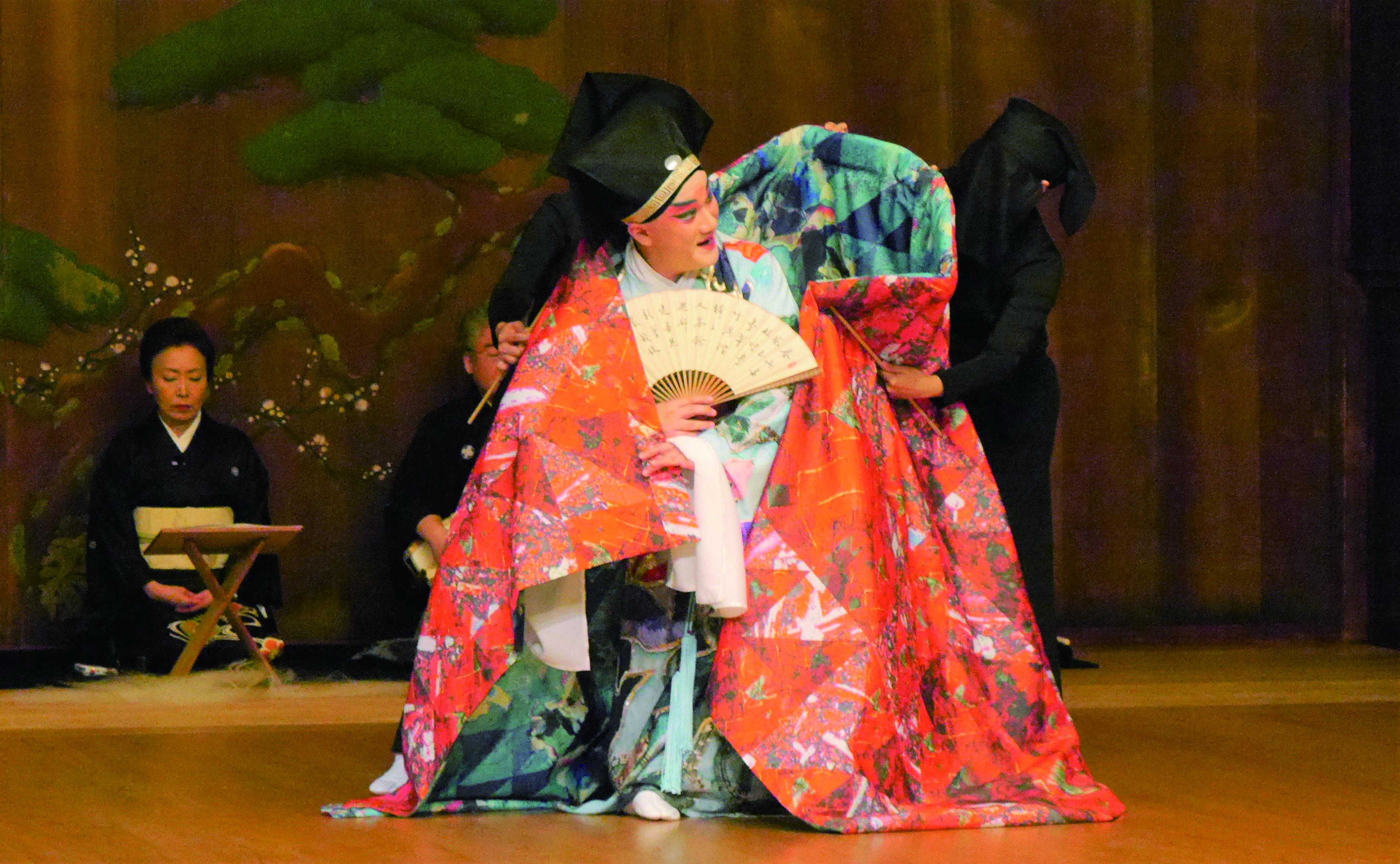 圖6《繡襦夢》加入了偶戲的元素,增添夢境與記憶交融的奇幻效果,操偶師以日本藝能「黑子」的形象現身舞臺。.JPG