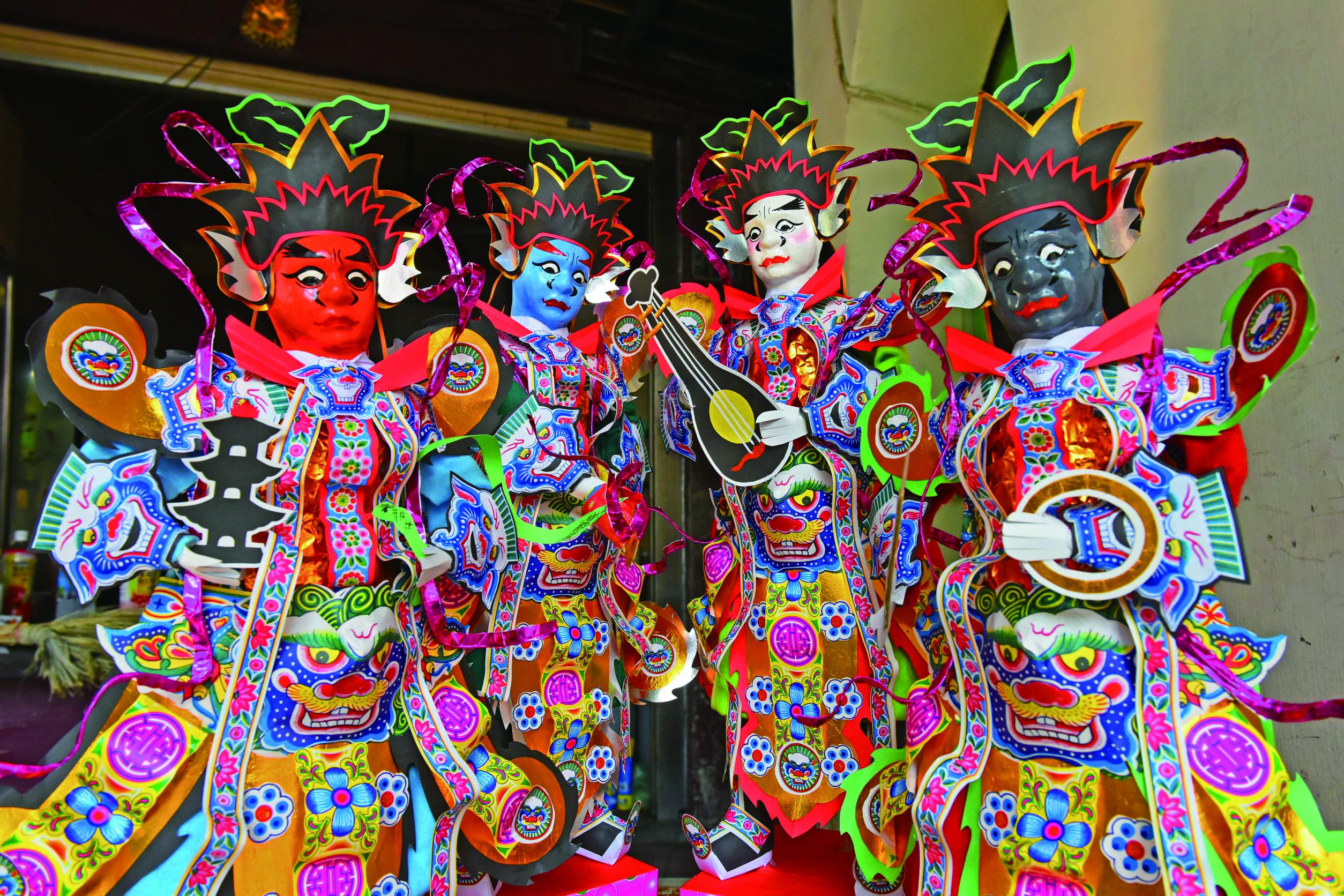 圖9洪銘宏與洪國霖時常受邀前往外縣市製作王船上的王爺、兵將。( 左籐紙藝薪傳提供).JPG