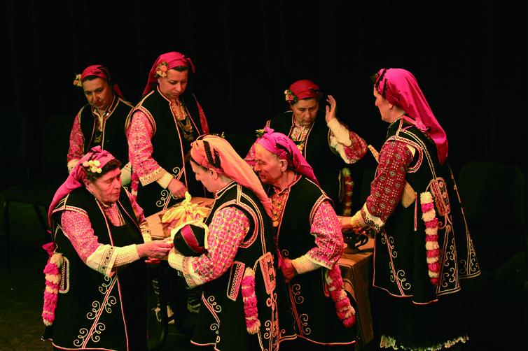 圖2面臨艱鉅傳承議題的保加利亞古老且獨特的比斯萃薩(Bistritsa) 女性複音歌謠及Horo 舞蹈,將原汁原味首度來臺展現。.jpg