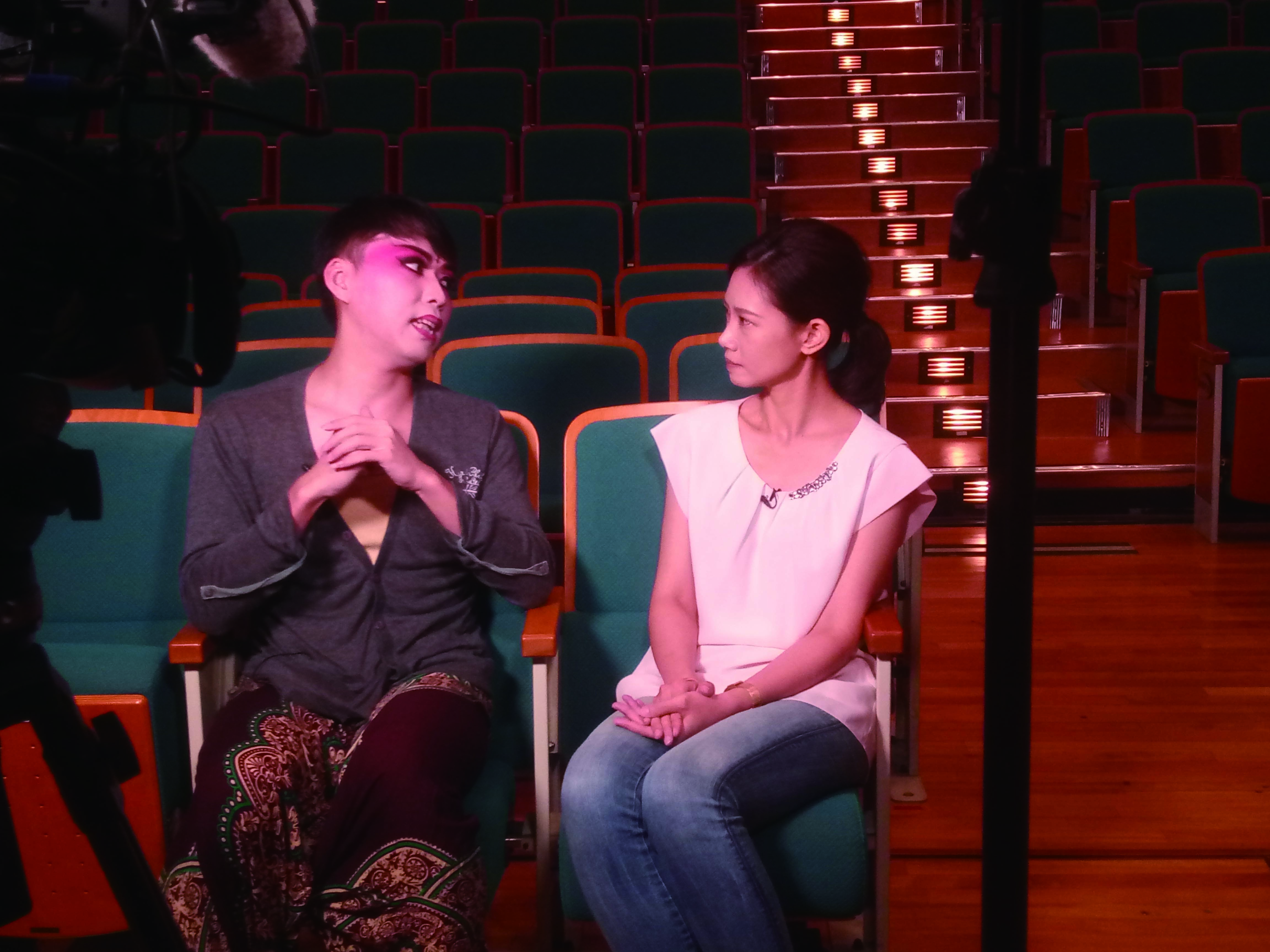 圖2邀請青年戲曲藝術家李文勳擔任劇團特聘導演,讓劇團的演出表現更為精緻、緊實。(圖為接受客家電視臺專訪,左為李文勳).jpg
