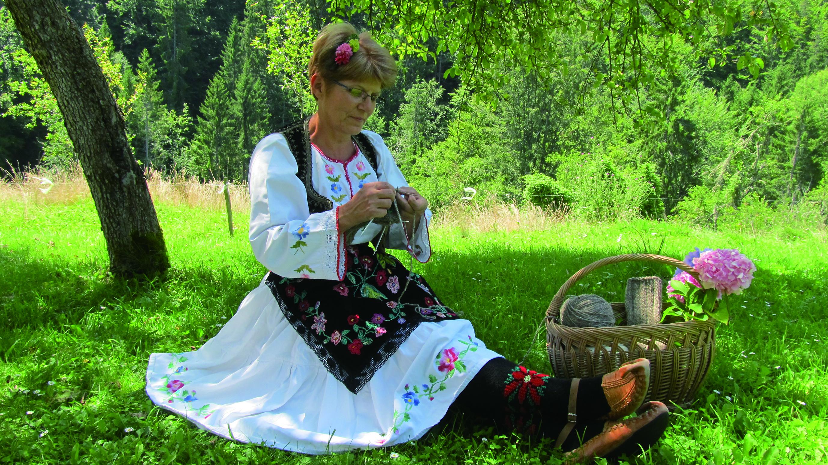 圖6 塞爾維亞工藝師將帶來傳統服飾展示並示範編織襪製作.JPG