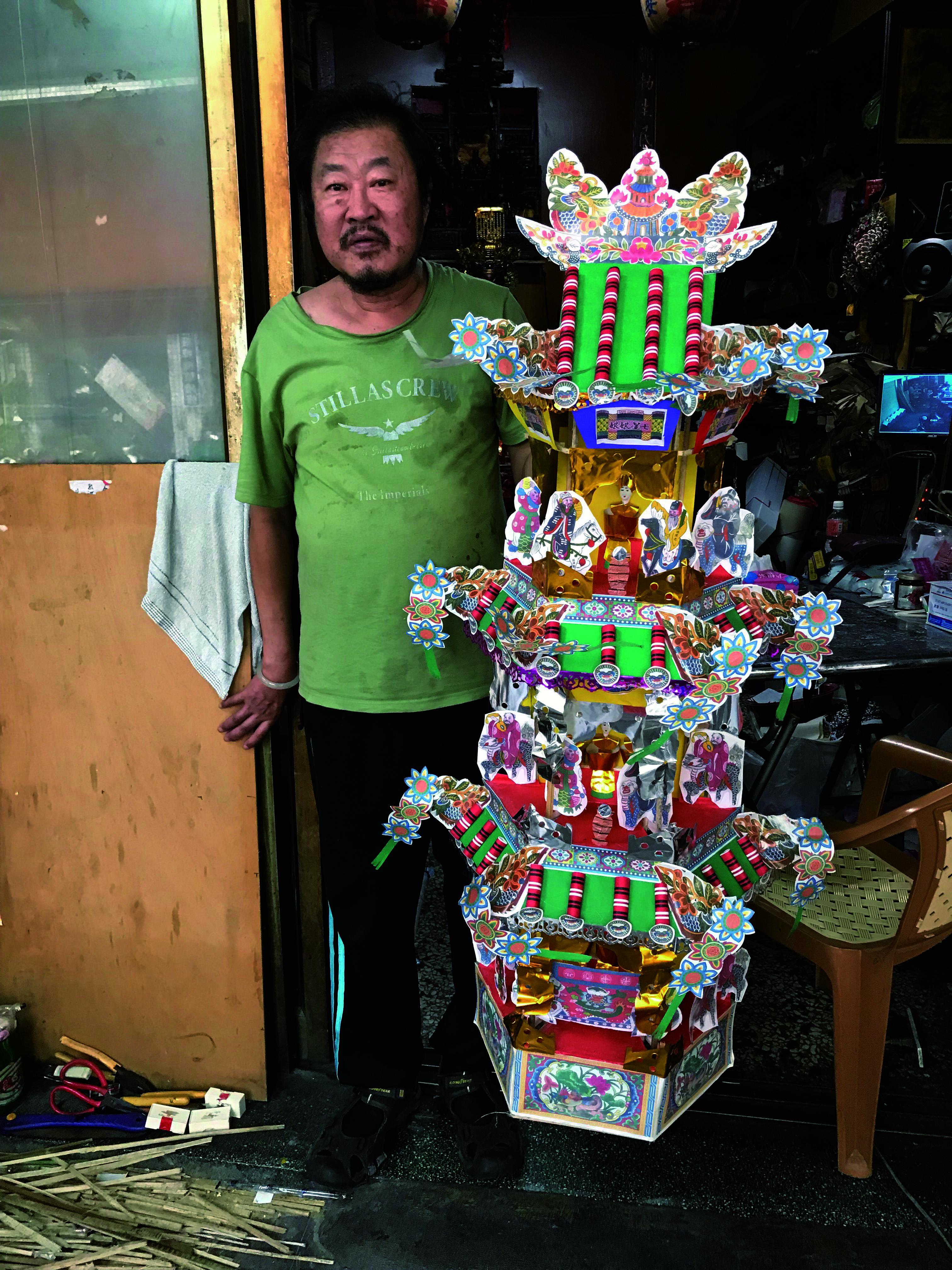 洪銘宏先生與他製作的七娘媽亭。.jpg