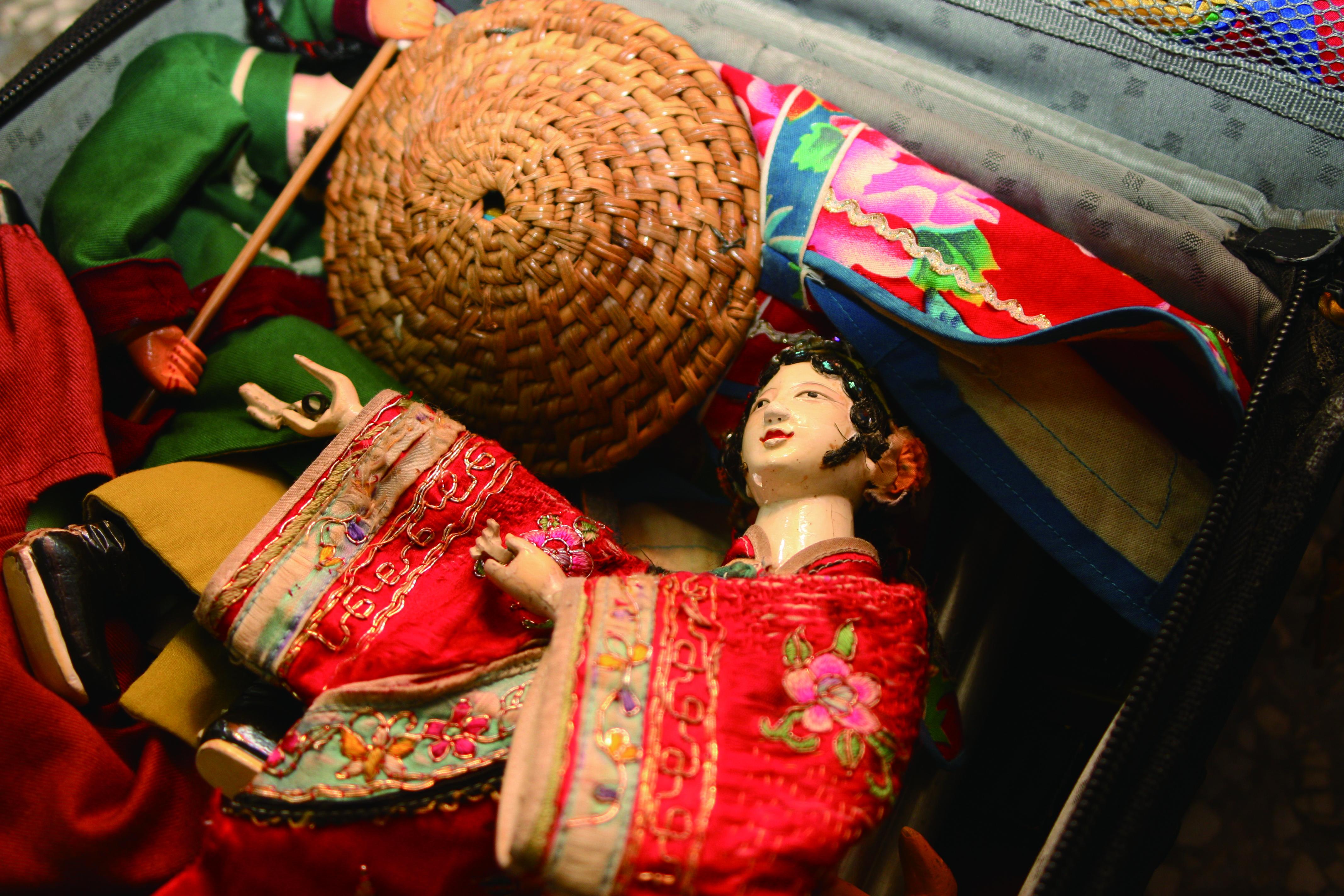 圖3老師傅的隨身行李箱裡,一定有他最愛的紅絲緞女孩。.JPG