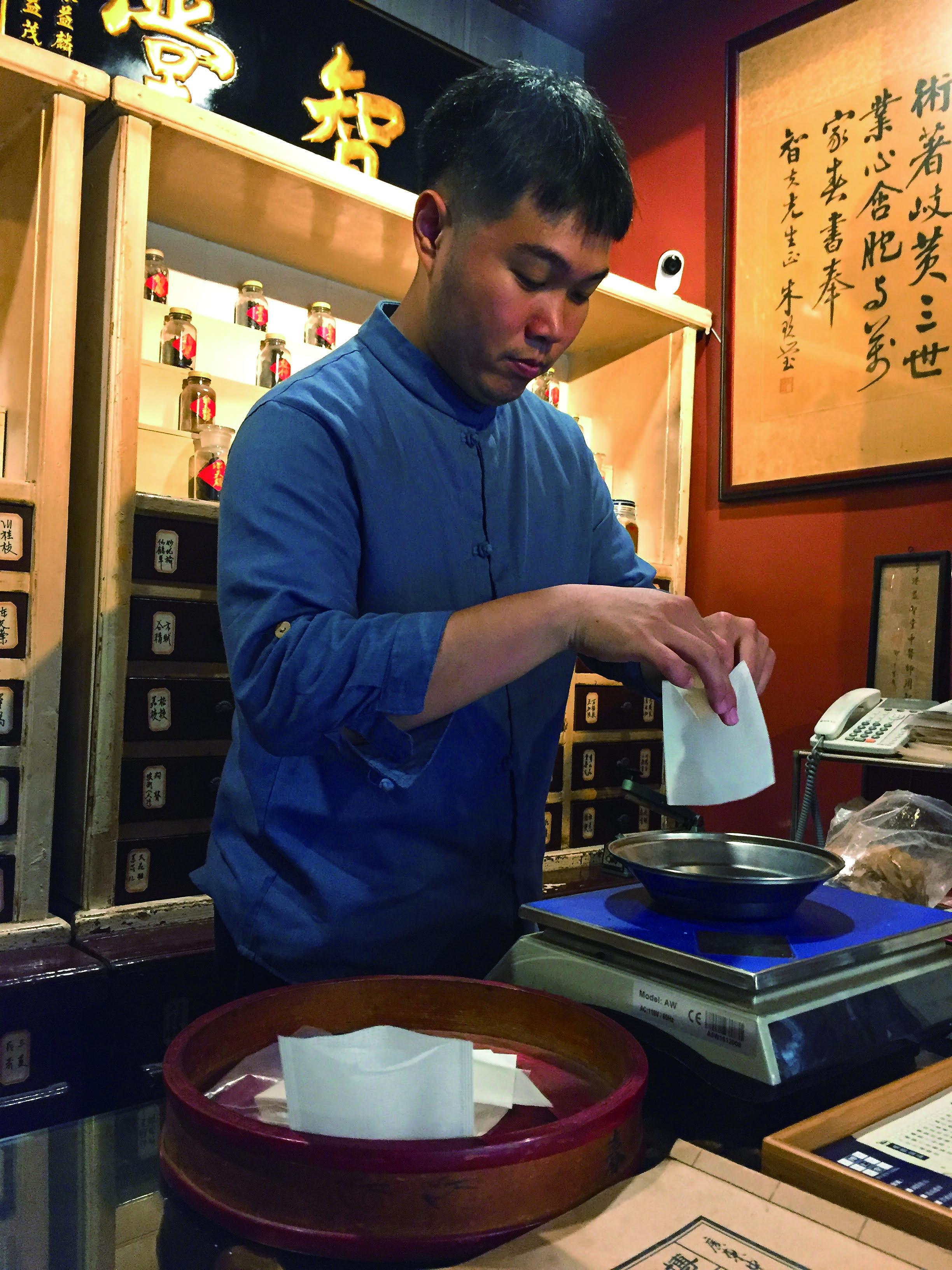 圖2為了讓更多人親近中藥,博仁堂提供許多耗時費工的服務,例如製作茶包、宅配藥膳。.jpg