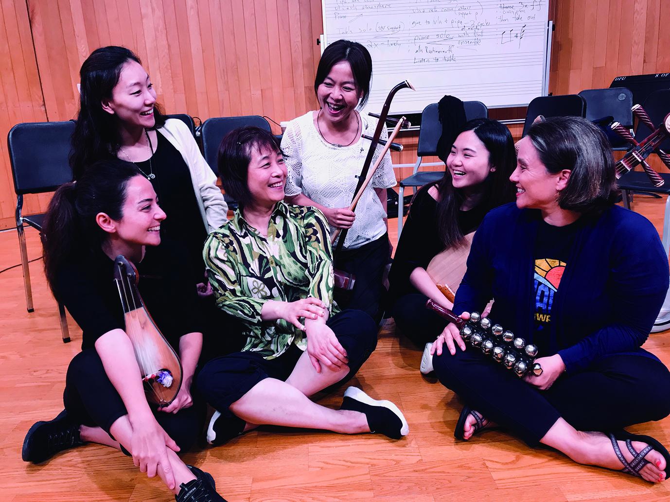 圖3敞開心胸用音樂交流,彼此學習,琵琶演奏家吳蠻(左三)、筆者(左四) 與夥伴們合影。.jpg