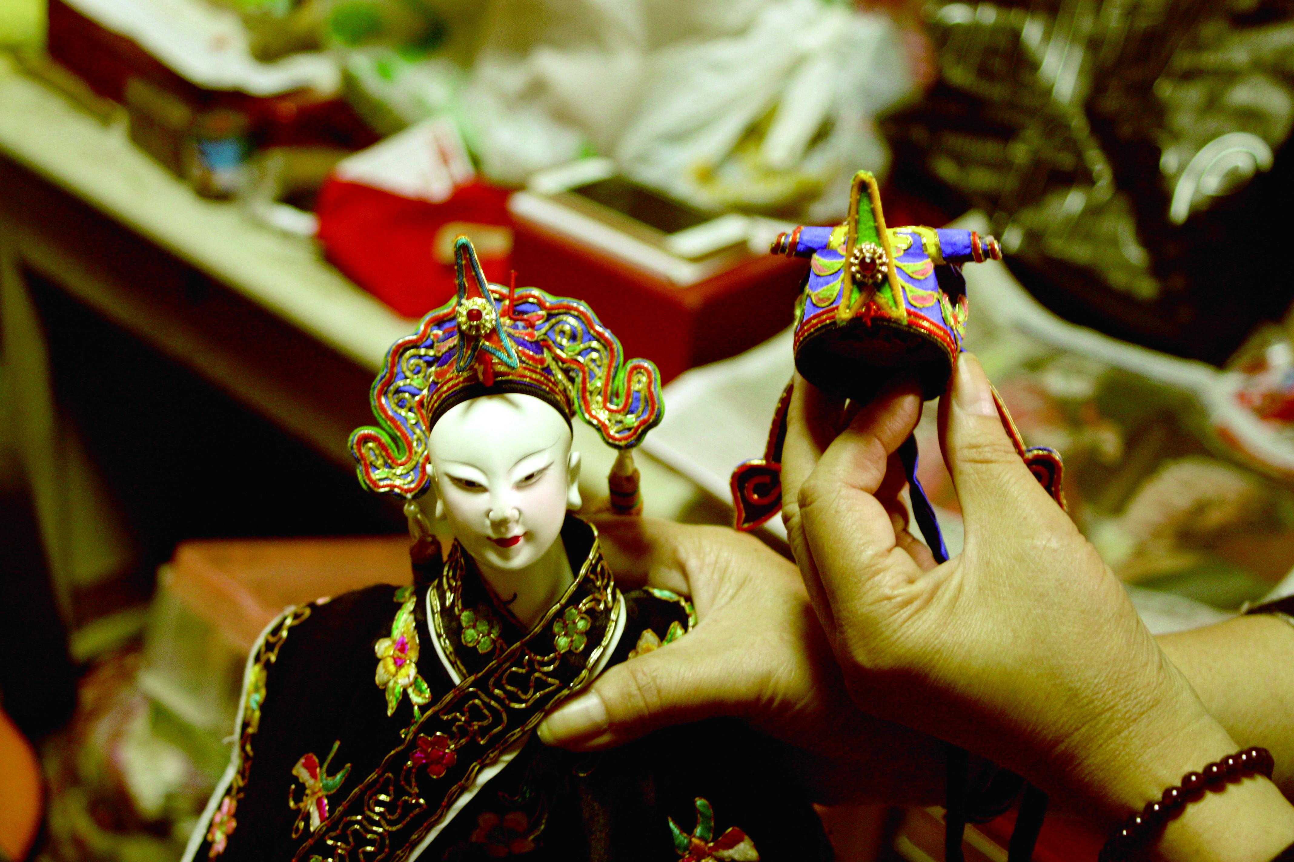 圖6陳錫煌的手藝精巧,所製作的盔帽,熠熠生輝,與戲偶相得益彰。.JPG