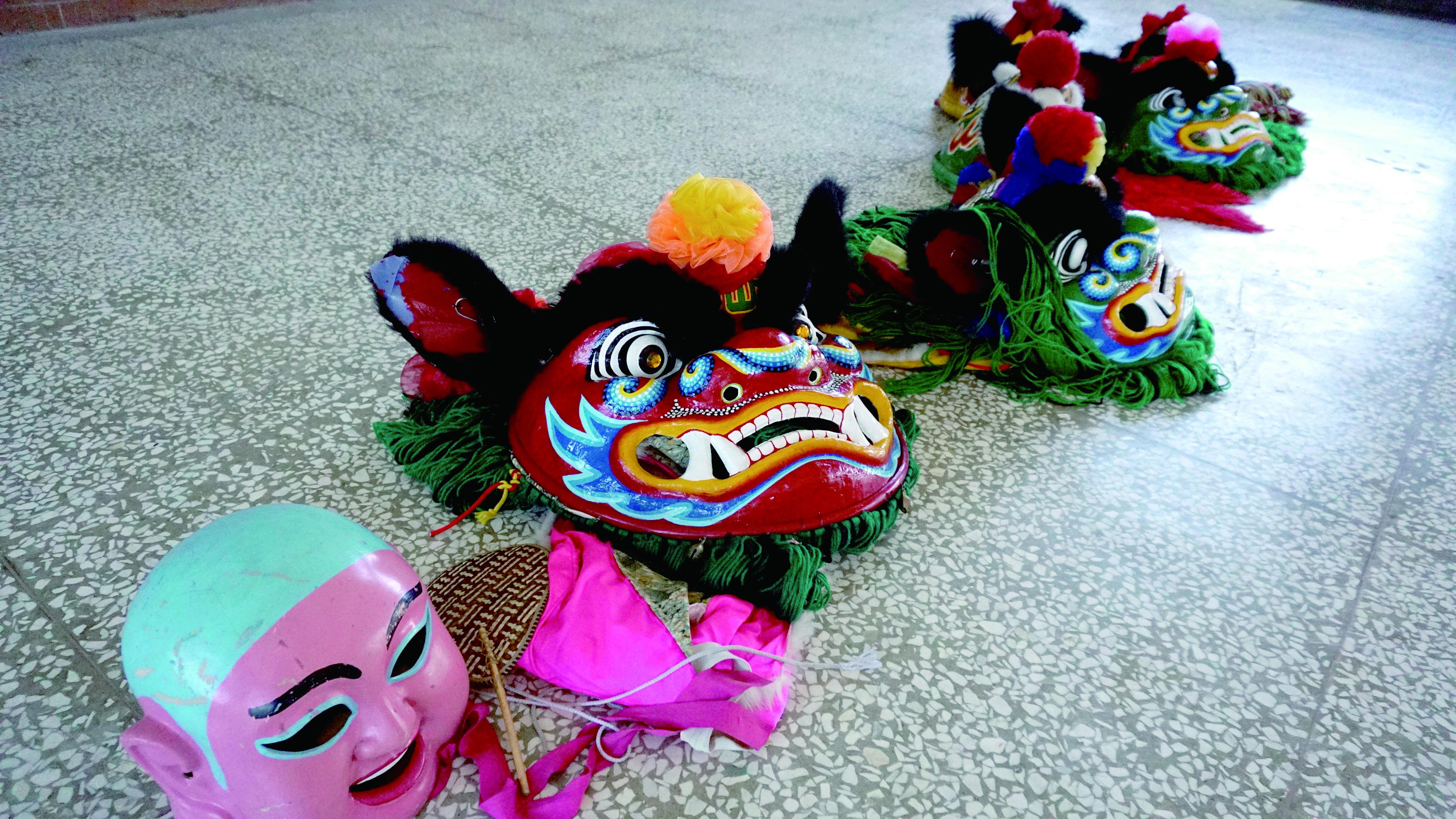 圖6 出陣時由隊員打扮成龍、鳳、獅三種靈獸,加上獅童弄獅穿插其中,配合傳統樂器對陣鬥藝。.JPG