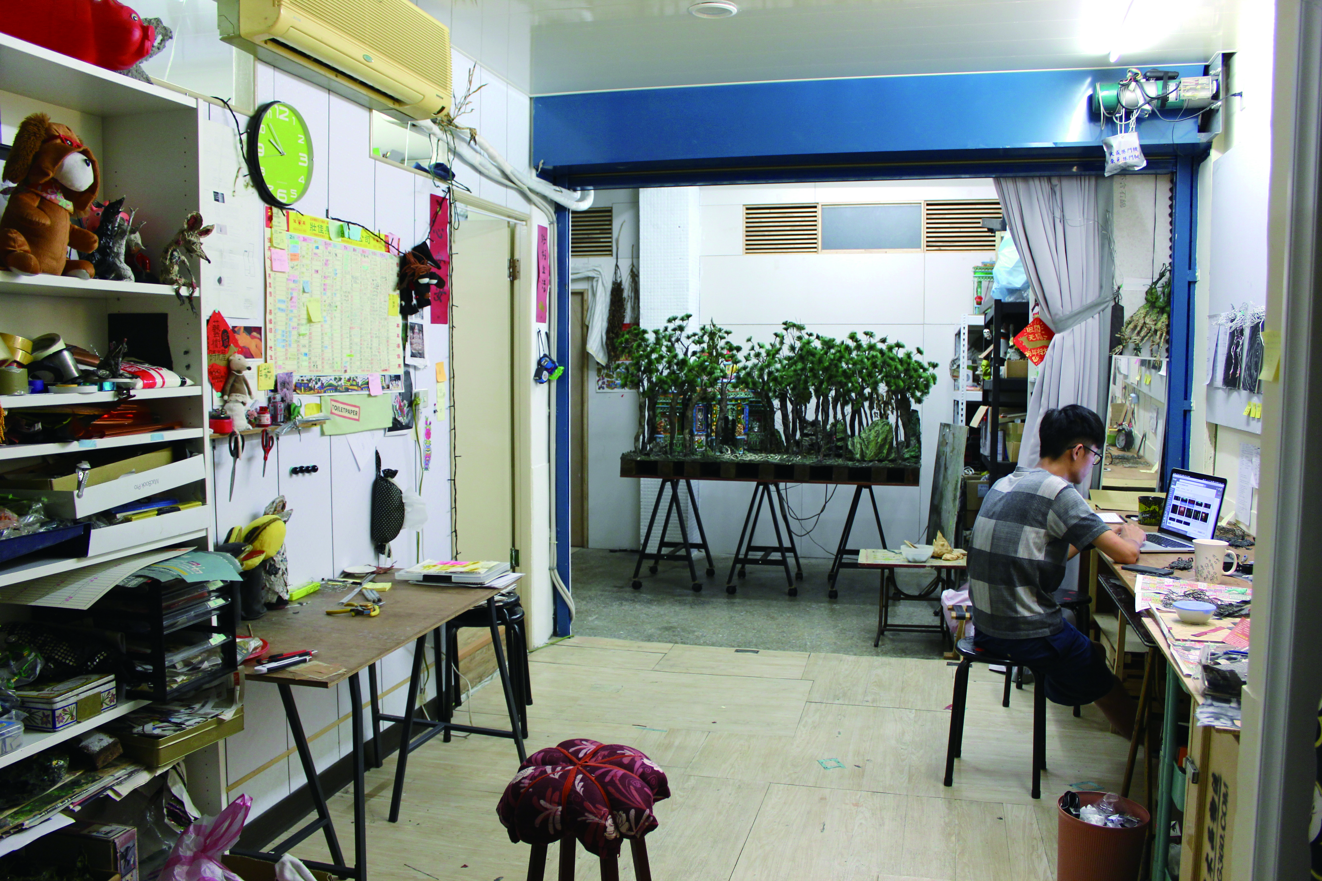 圖3張徐展的工作室,也是自製偶動畫拍片現場。(李育瑄攝).JPG