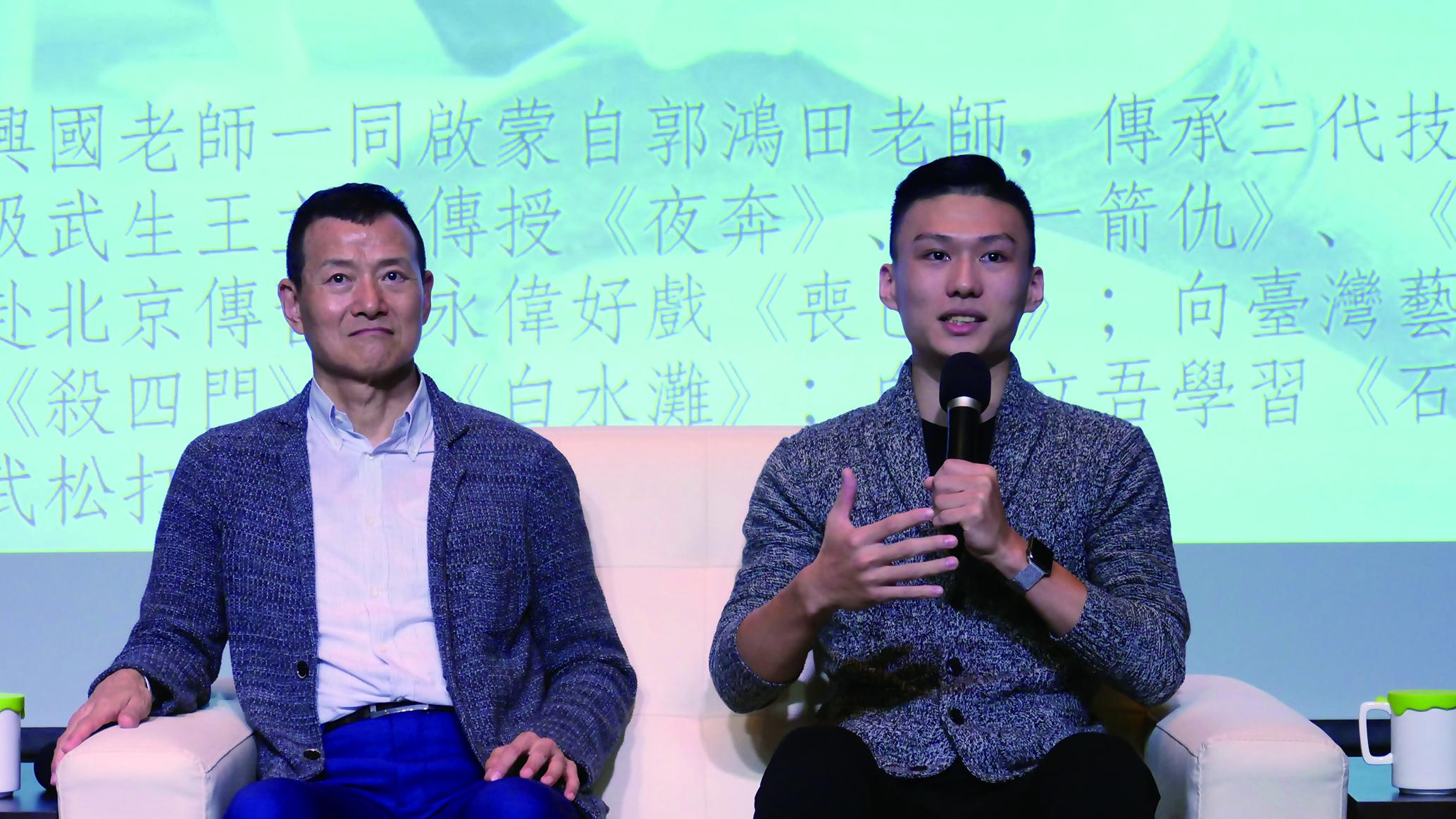 圖5朱柏澄(右)回憶與吳興國老師的師徒之路,他說當初自己演第一齣戲《秦瓊觀陣》時,吳興國老師建議他演這齣戲謹記「專注與控制」。.jpg