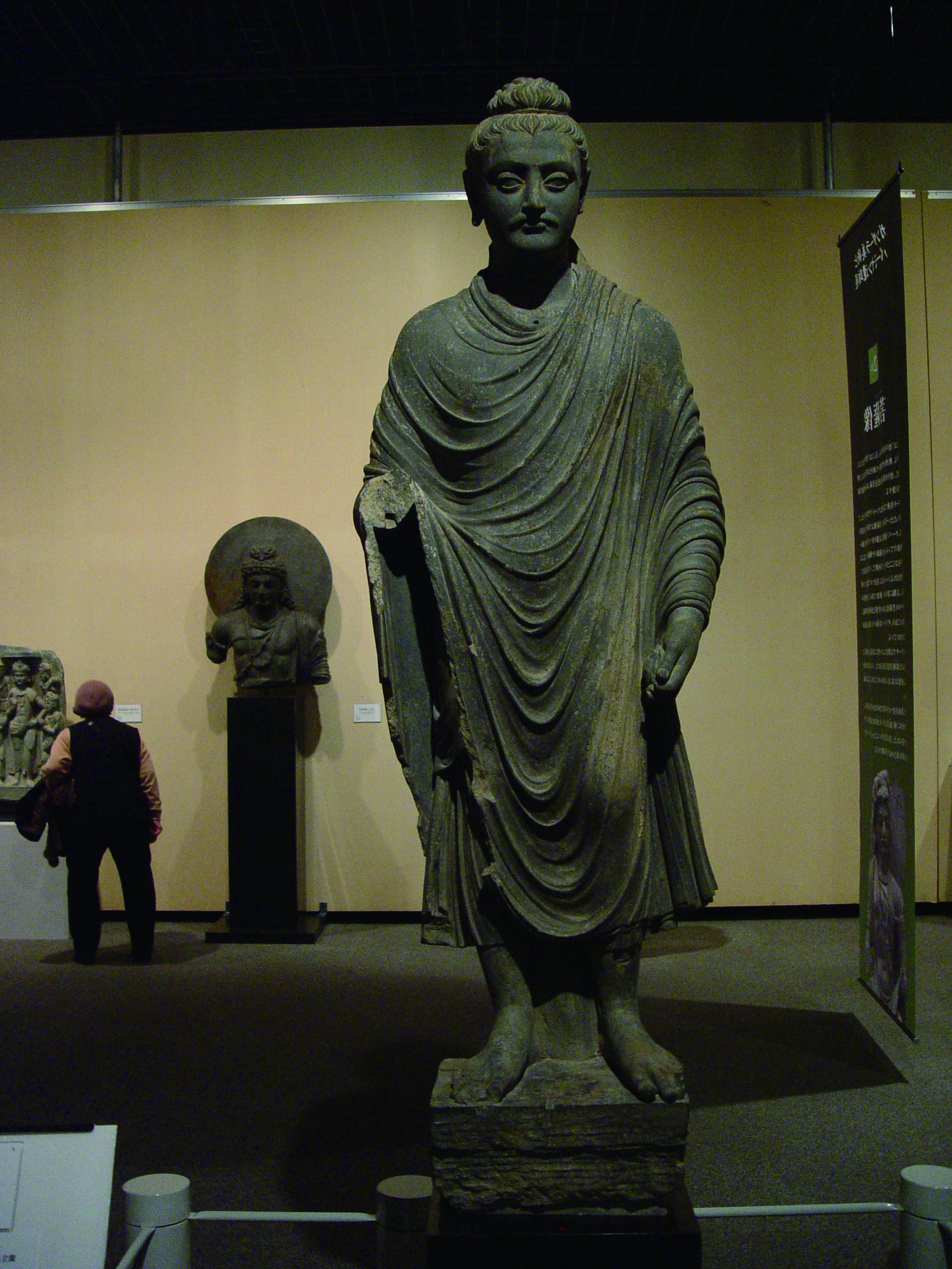 圖3 佛立像 犍陀羅〈阿含宗藏〉,片岩 2 世紀,展於靜岡美術館。(林保堯攝影).JPG