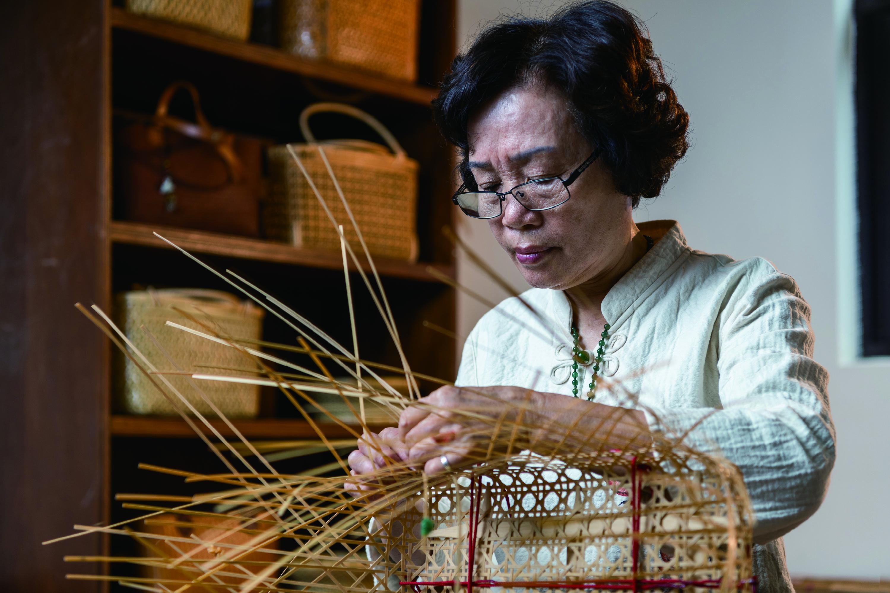 10-竹編工藝駐園藝生涂素英接觸竹編已逾50 年,作品兼具實用性與藝術.JPG