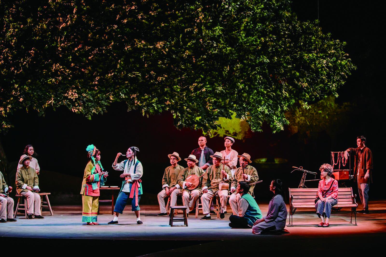 4 《相思唱歌仔》成功吸引多了元族群走進戲劇廳,隱隱地呼應了衛武營不斷強調的「眾人的藝術中心」願景。( 衛武營國家藝術文化中心提供).jpg