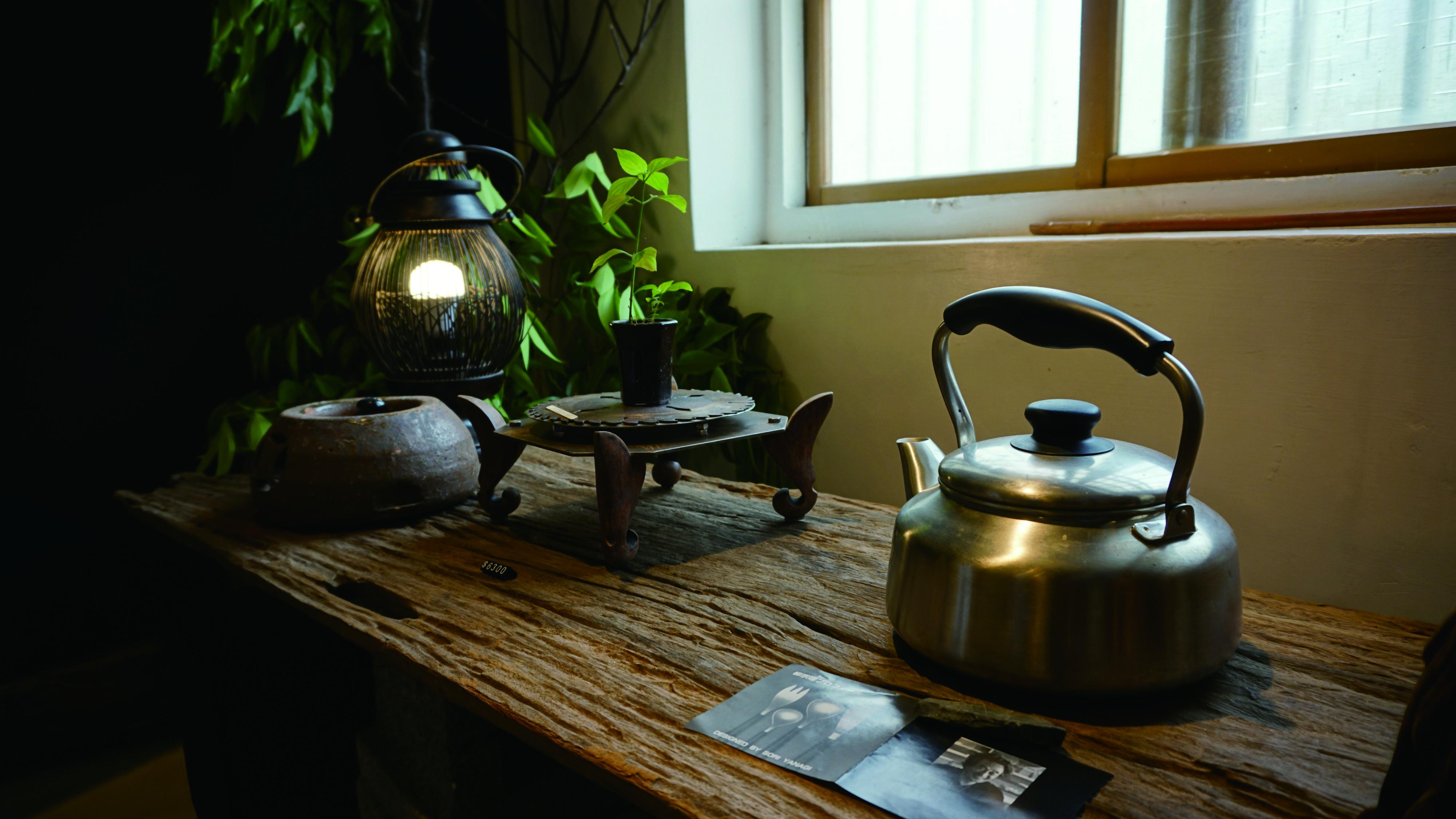 圖8 「白黑生活茶」內部保留老街的建築結構,以茶為主的主題展,為當地的茶飲文化增添一股美學韻味。.JPG