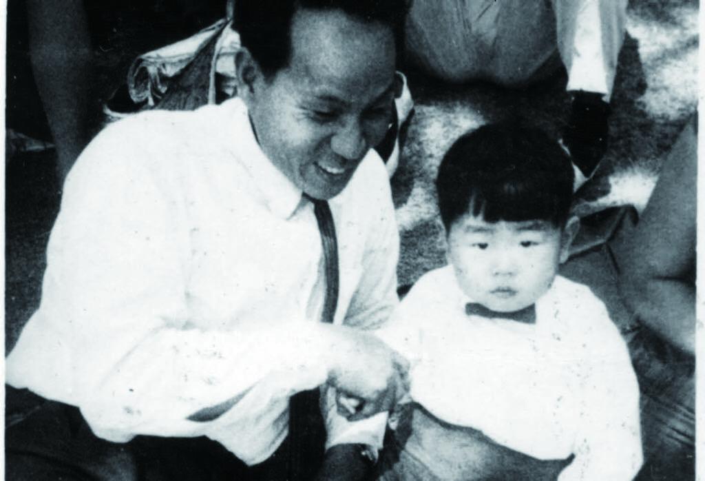 圖4 許朝欽( 右) 與父親許石的珍貴合影。.jpg