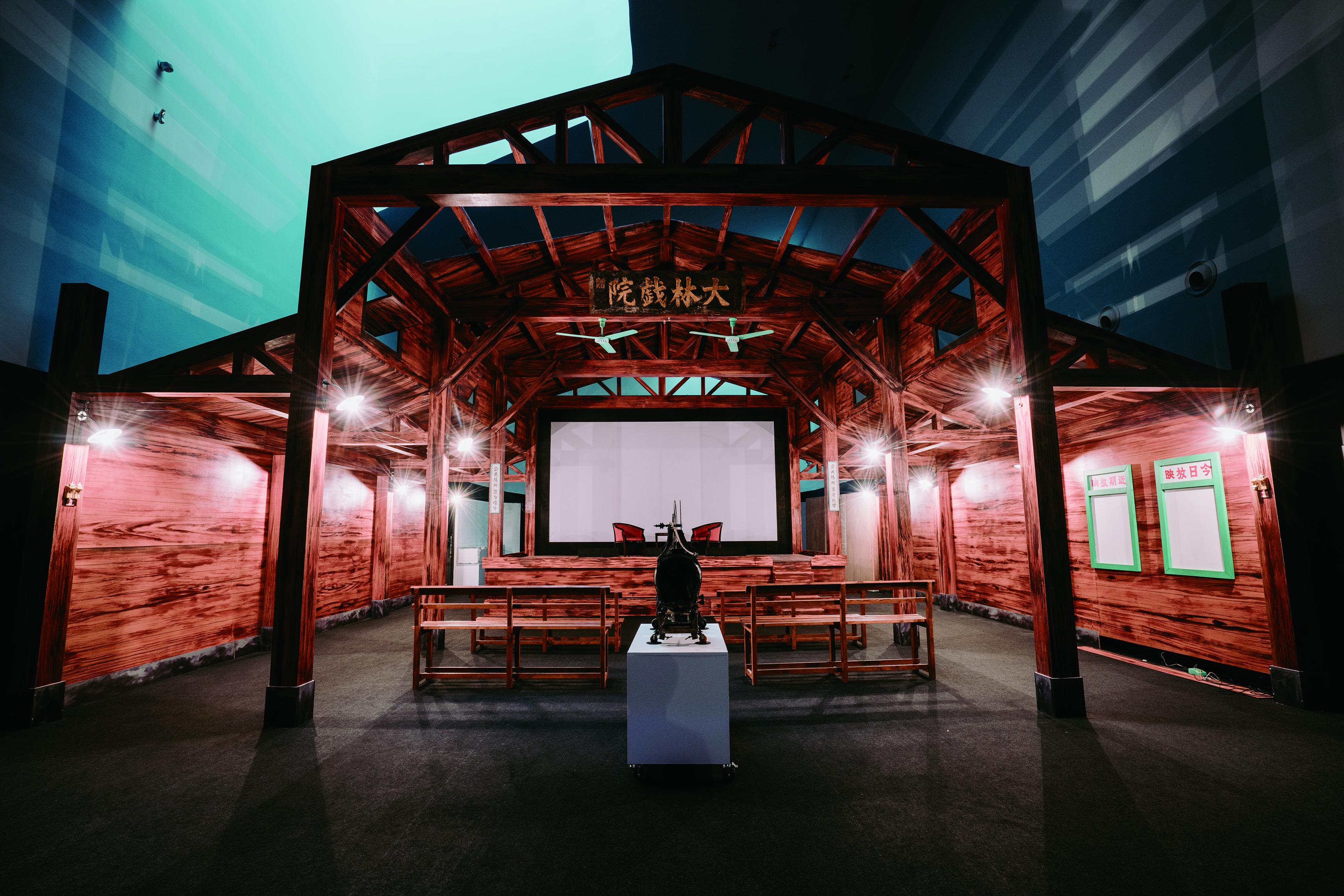 3 「歌仔戲時光機- 搬活戲」特展將老戲臺、後臺場景、戲服、道具與老唱片和電影等原汁原味歌仔戲文物移植到展館內。( 衛武營國家藝術文化中心提供).jpg