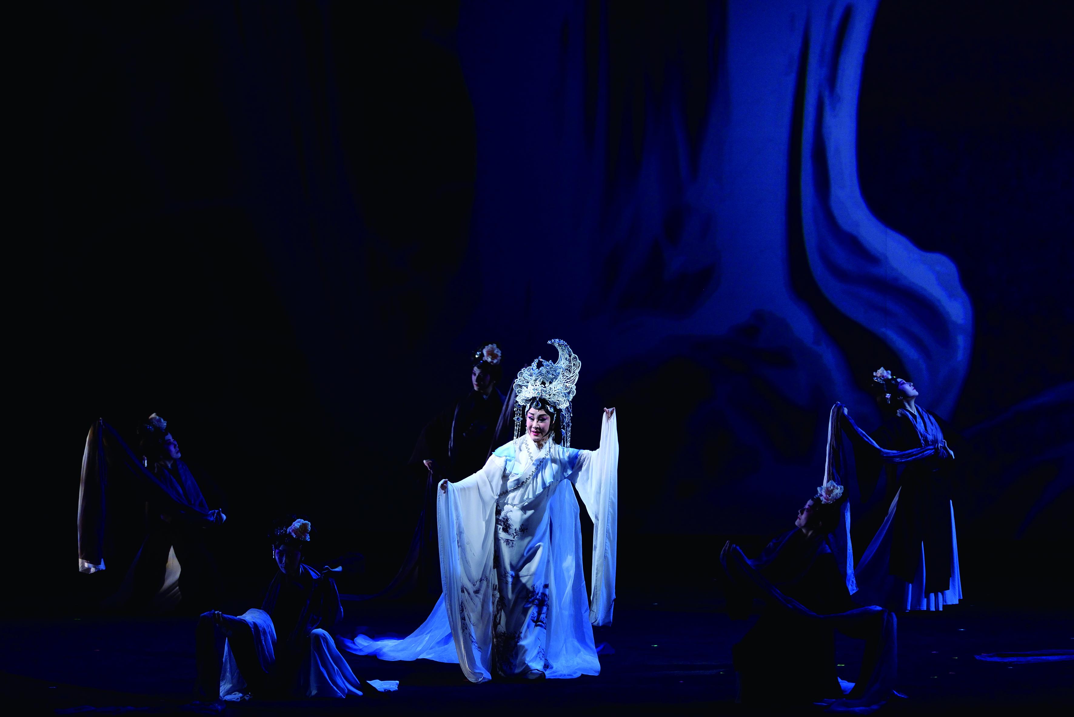 圖4《快雪時晴》劇中魏海敏( 中) 飾演的「大地之母」為精神原鄉的化身,引領著劇中人物的精神走向。.jpg