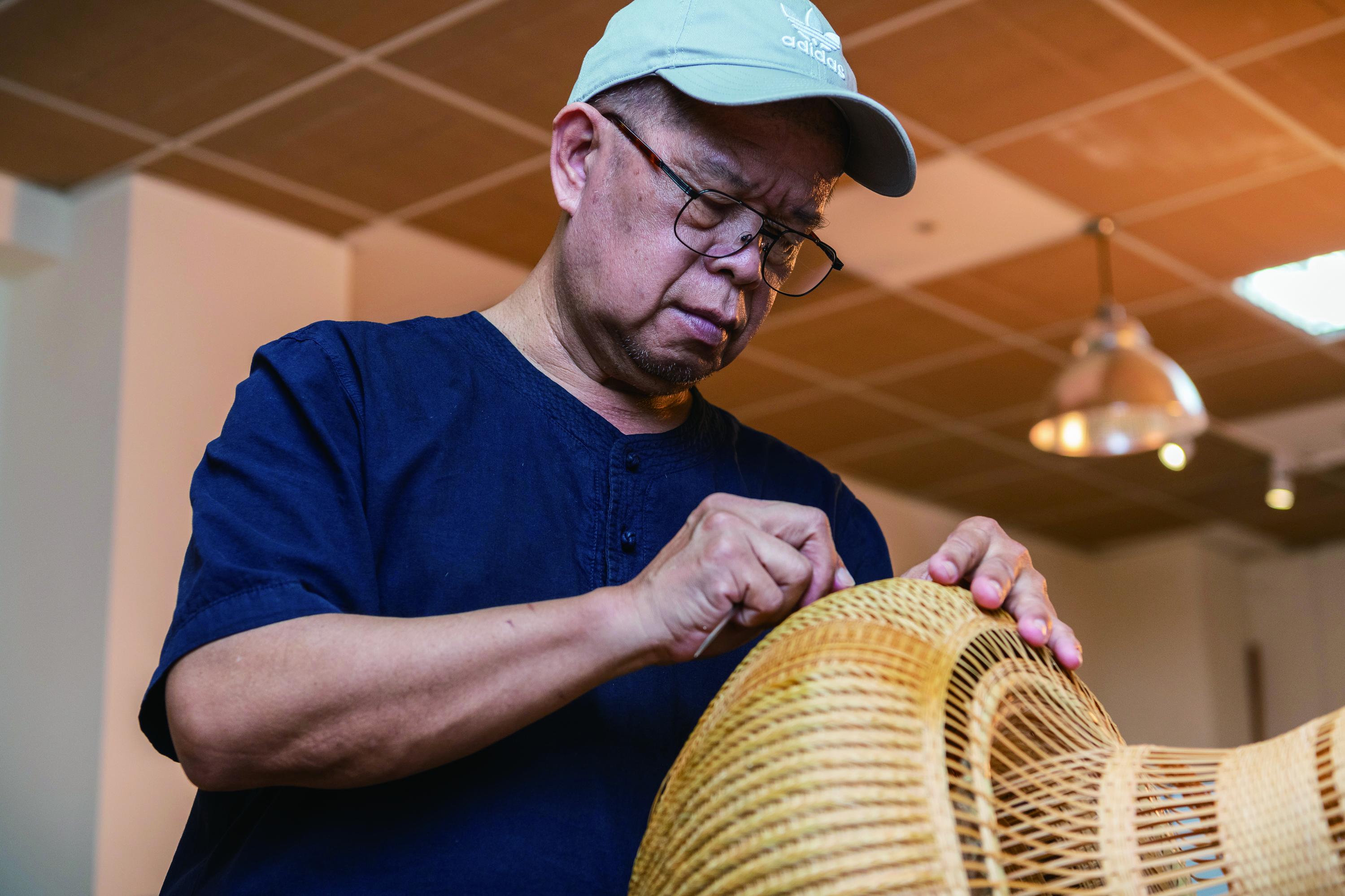7-傳藝工坊教育推廣活動的DIY體驗課程,是希望民眾透過實際的手作過程,更加認識傳統工藝的特色與內涵。(右二為竹工藝駐園藝生劉興澤).jpg