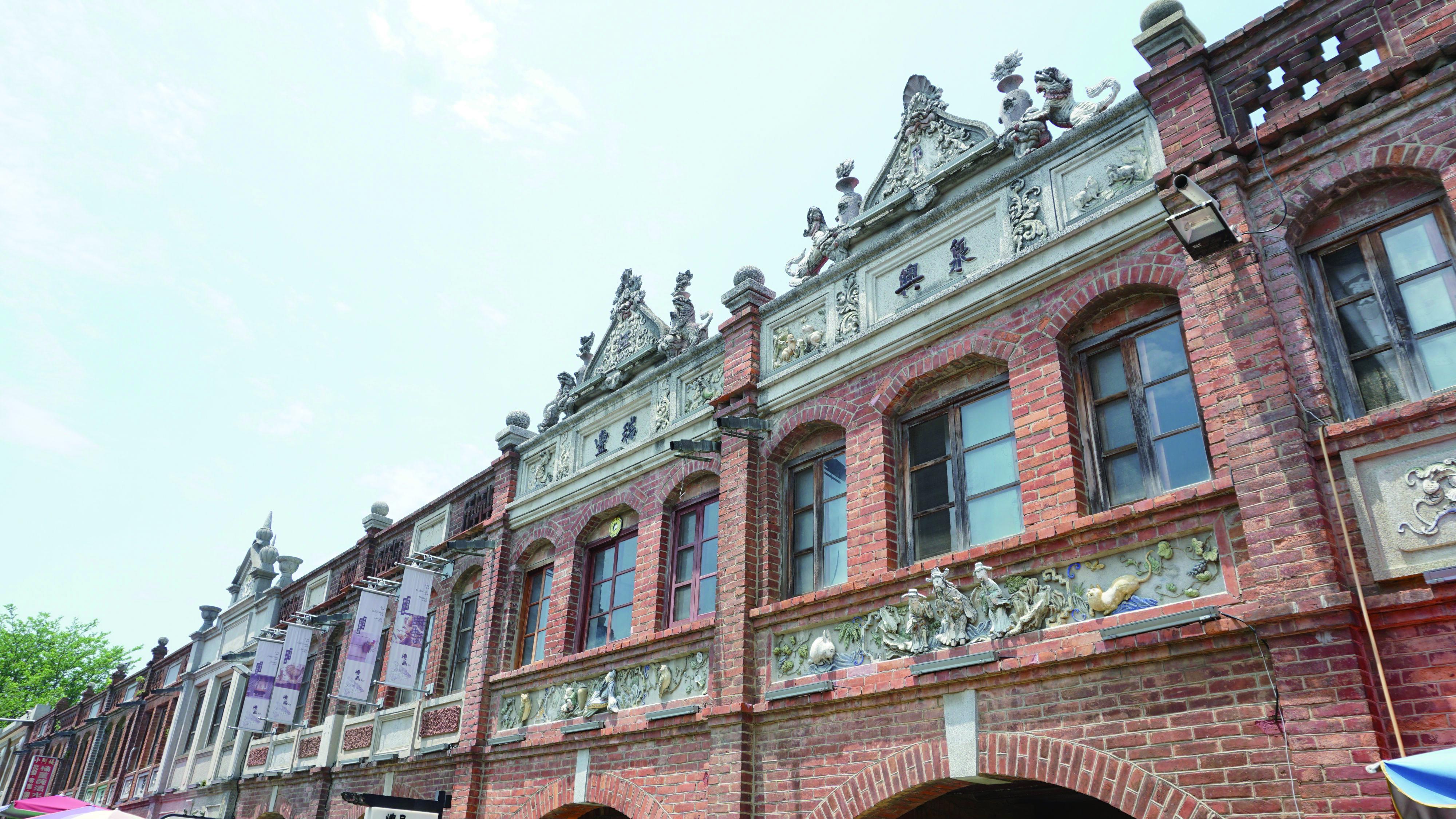 圖2 湖口老街二樓的女兒牆,以立體浮雕為裝飾,每一家戶牌樓上的裝飾與工法,也象徵著該戶人家當時的身份與地位。.JPG