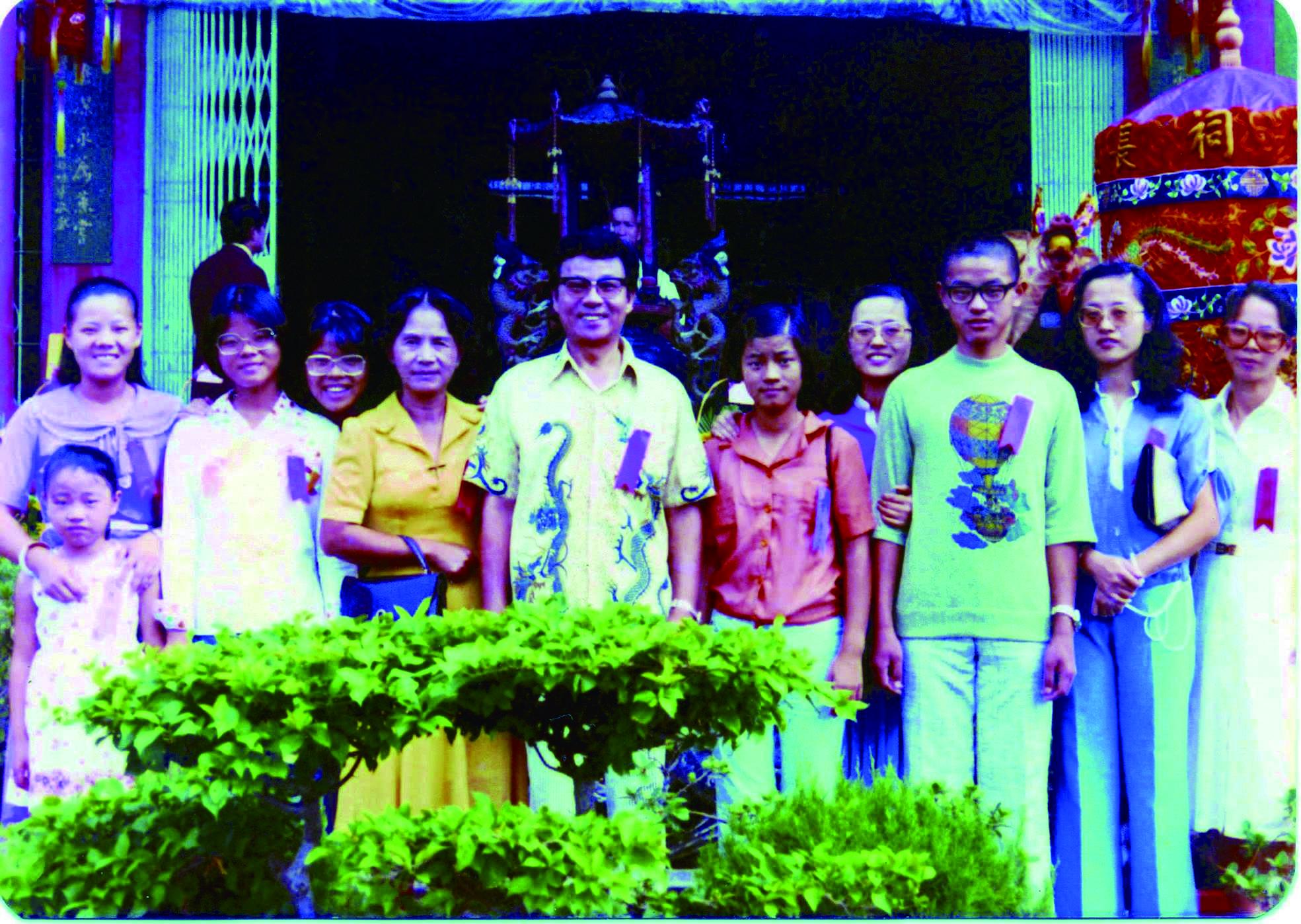 圖2許石( 後排左五) 與妻子鄭淑華( 後排左四) 及九名子女的珍貴合影。.jpg