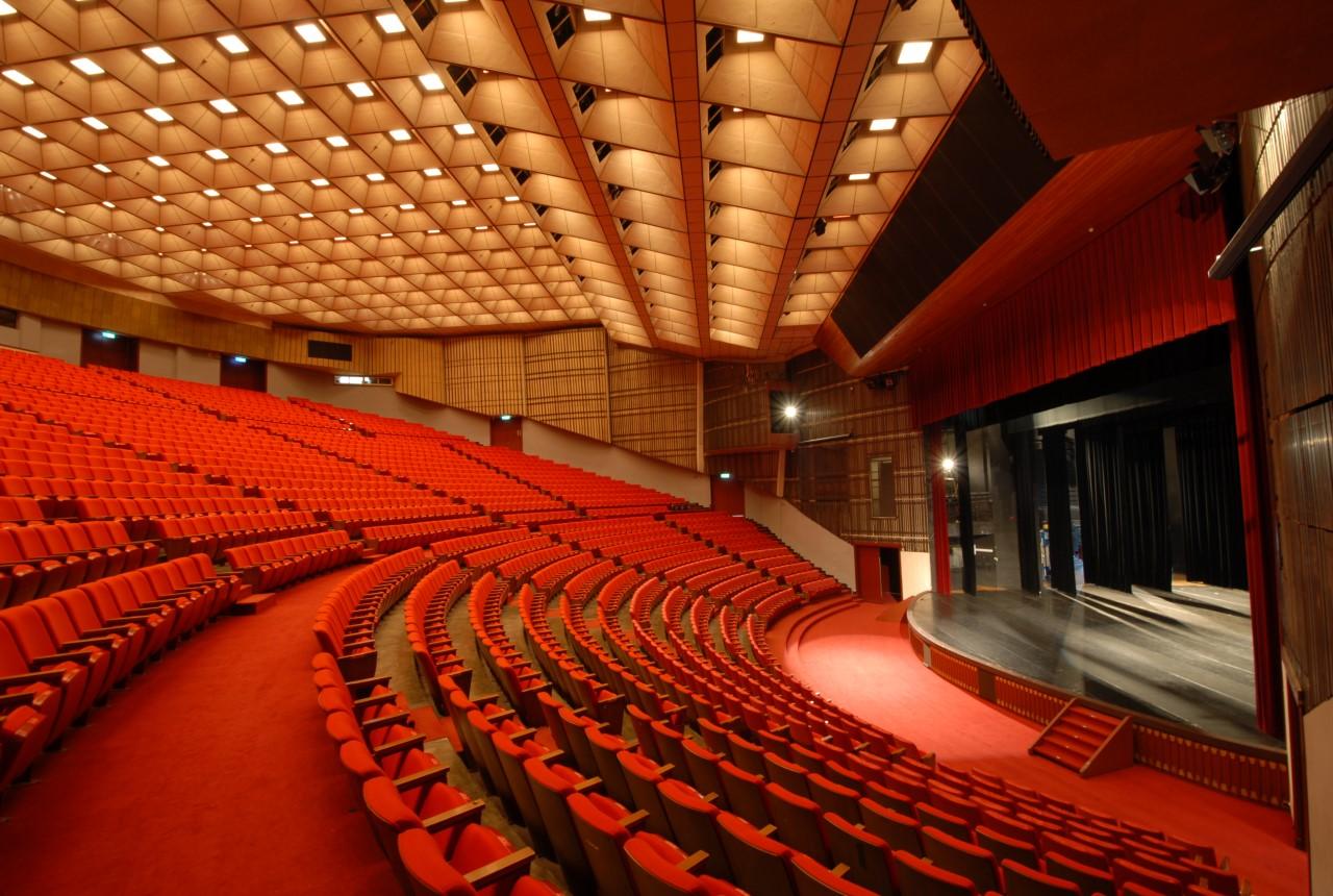 大會堂內部右側座位區.jpg