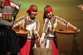 演出的歌手、舞者、演員,都要發揮傳統民族演藝要能載歌載舞的技能。米靈岸《石板屋下的葬禮》劇照「儀式三:生命種子」.jpg