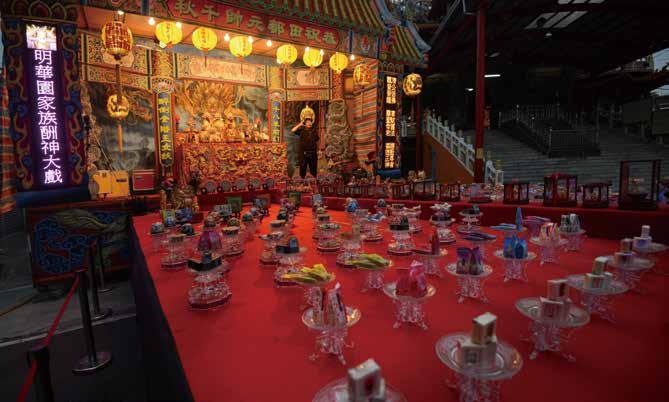 祭品臺充滿年節氣氛,花果、 禮器及 36 品糕點繽紛陳列。.jpg
