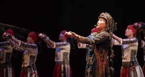 運用古語來詠唱歌謠,以及色彩繽紛、燦爛奪目的服飾,很直接地搬上現代舞臺。(首席歌唱家 芮斯).jpg