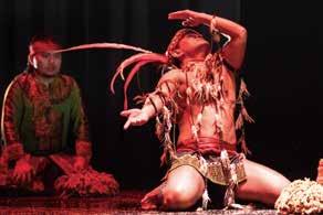 現代舞蹈劇場中的肢體表演,加上變化豐富的劇場燈光及投影,營造出帶有傳統部落的神,和奇幻的視聽效果。(首席舞蹈家 羅桑席讓).jpg