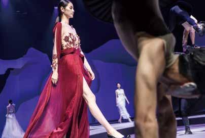 力與美的結合,舞者與模特兒不同的身體線條,訴說了不同的文化故事。.jpg