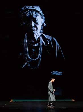 運用投影將百歲老奶奶身影融入劇場。米靈岸音樂劇場藝術總監胡健表示,他從排灣族人的死亡過程中看見了愛。.jpg
