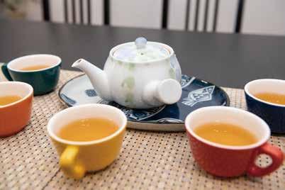 用餐前,溫宇航沏上淡雅飄香的北京茉莉花茶。.jpg