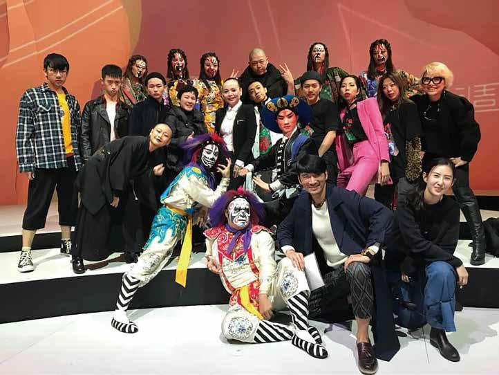 馬毅( 最後排右三) 與幕後所有工作團隊,成就了一場成功的傳藝時尚秀。.jpg