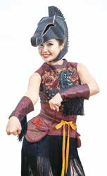俏皮的演出與現代剪裁的服裝,表現傳統特有的年輕味兒。2-1.jpg