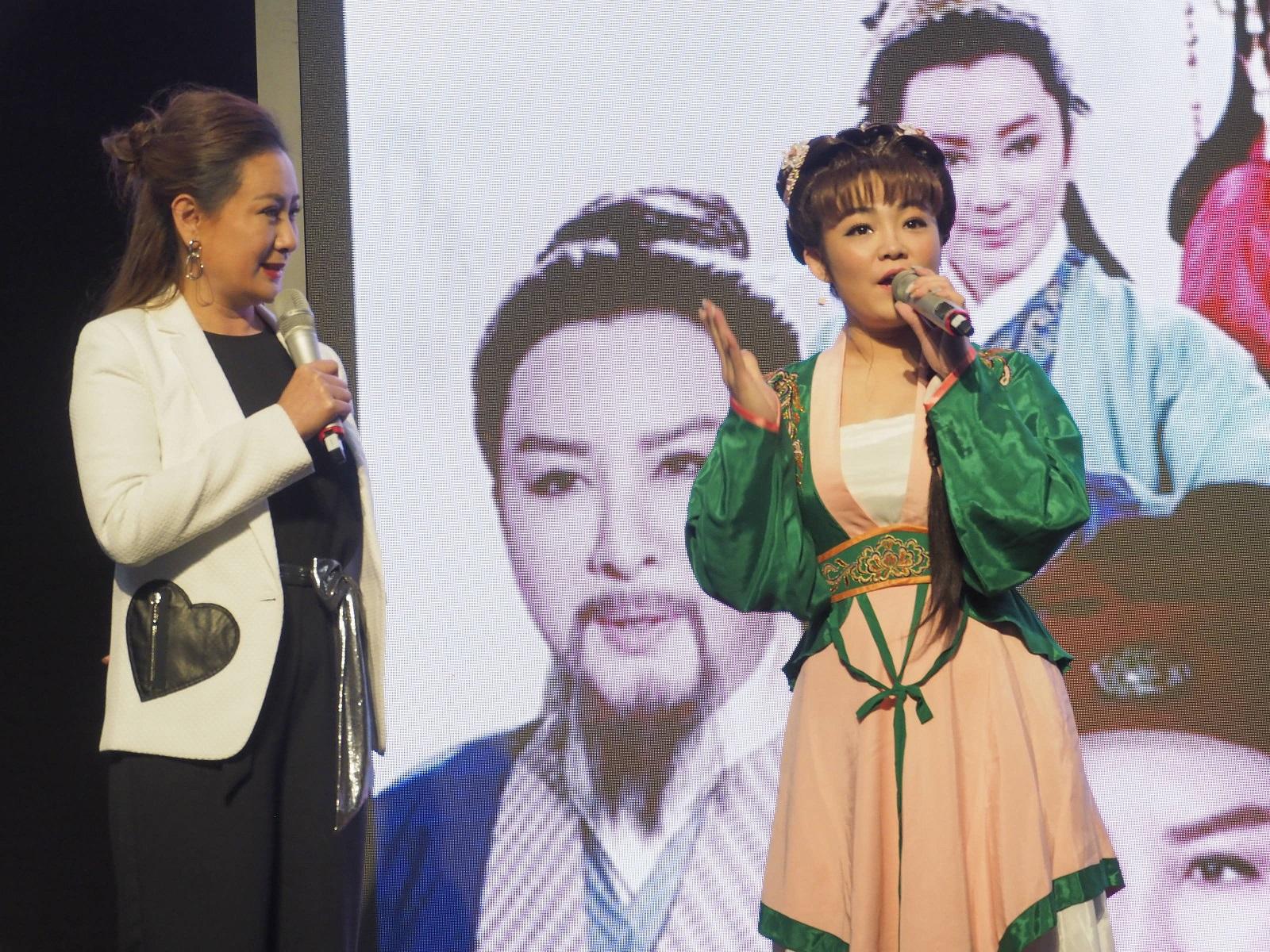 陳亞蘭(左)帶領歌仔戲新秀江虹旻(右)以華麗戲服登場-縮小.jpg