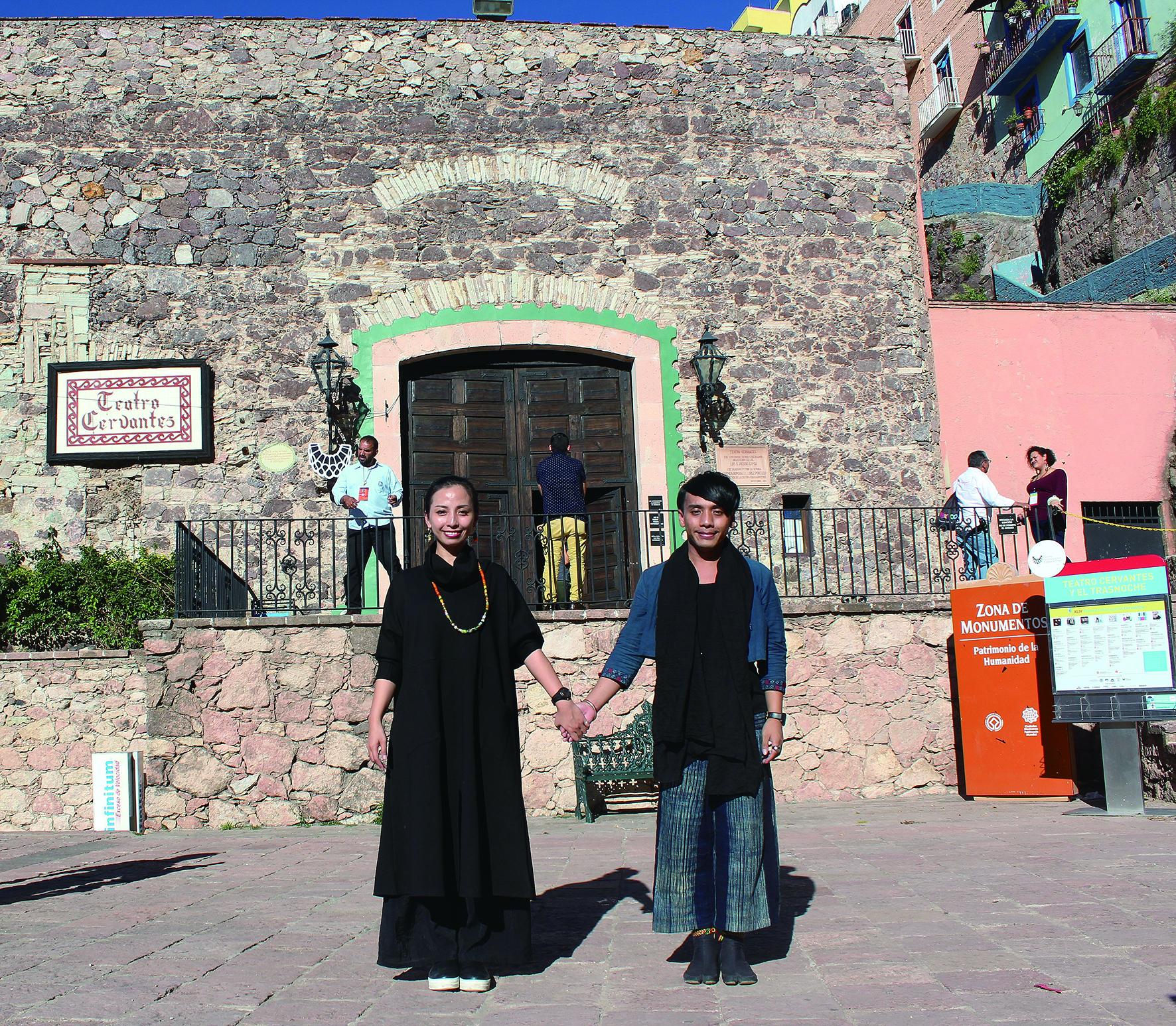 蒂摩爾藝術總監路之(左)與舞蹈總監巴魯在墨西哥賽萬提斯國際藝術節演出劇場前合影。.JPG