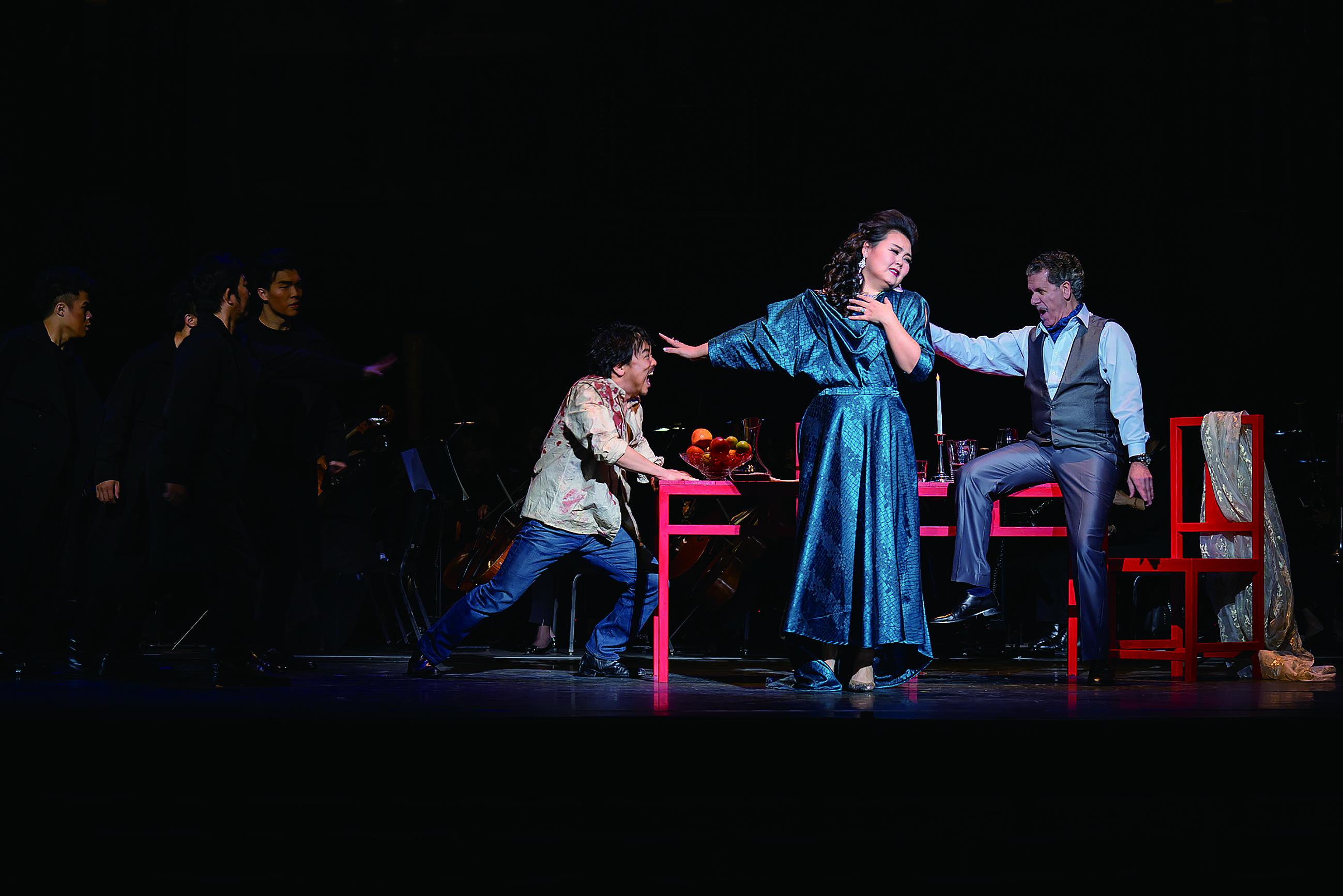 西方歌劇《托斯卡》以「一桌二椅」中國傳統京劇虛擬手法,烘托義大利寫實主義盪氣迴腸的愛情故事。.jpg