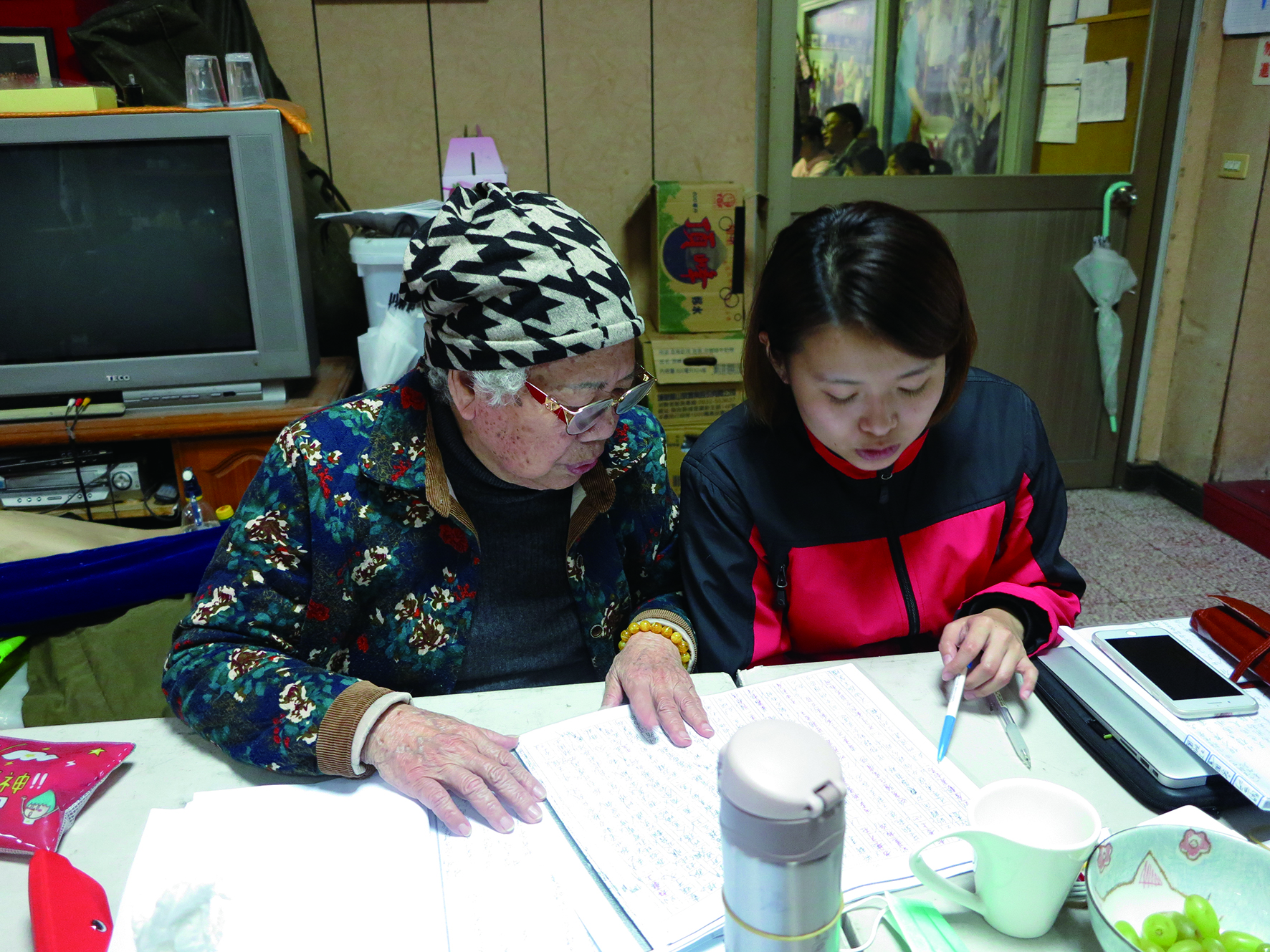 鄭漪珮(右)是文資局亂彈戲傳習計畫的第一屆藝生之一,認真聽潘玉嬌老師說戲。.JPG