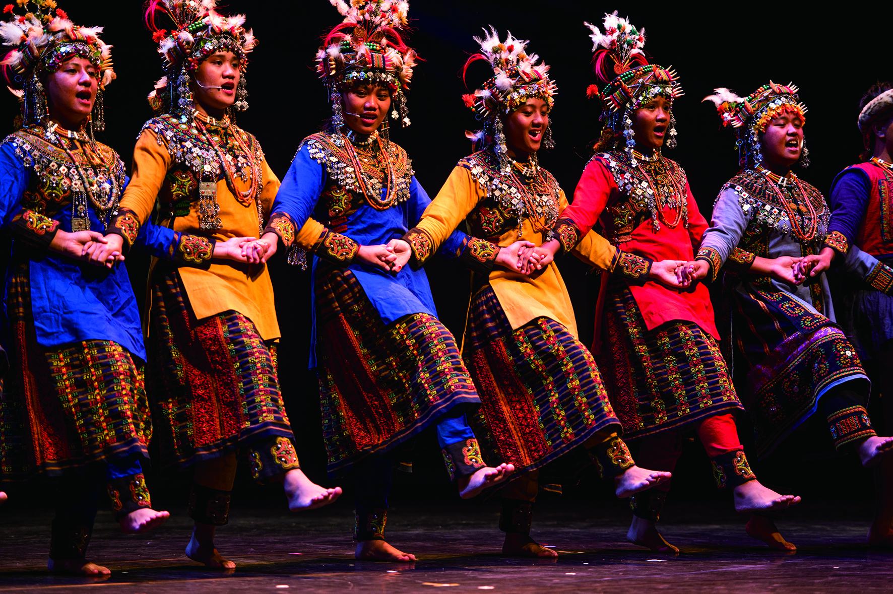 部落曾經歷一段文化模糊時代,多數部落族人都認為外面的東西比較好,透過民族教育開始讓孩子們清楚看到自己是誰,站上世界的舞台,讓團員發現自己文化藝術的美與價值 。.jpg