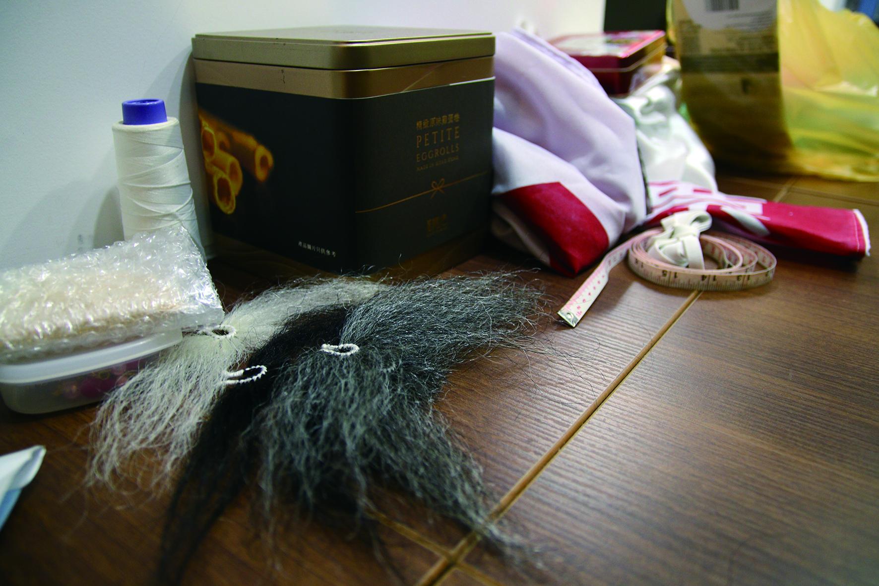 家裡不時可見製作歌仔戲服和頭飾的材料,張孟逸笑言先生很愛乾淨。.JPG
