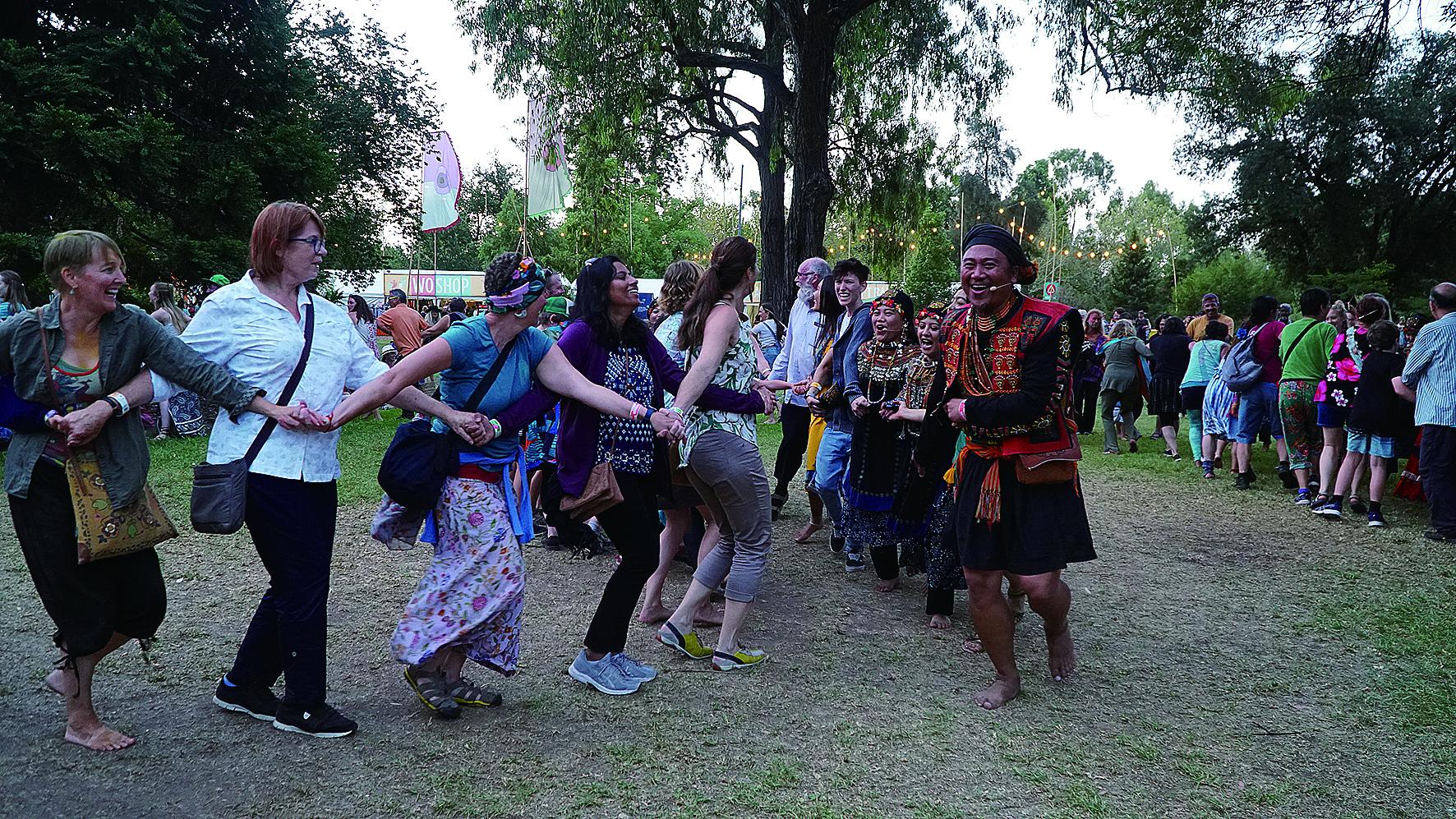 泰武古謠傳唱藝術總監查馬克帶領WOMADelaide藝術節現場觀眾歡樂唱跳傳統舞蹈。.JPG