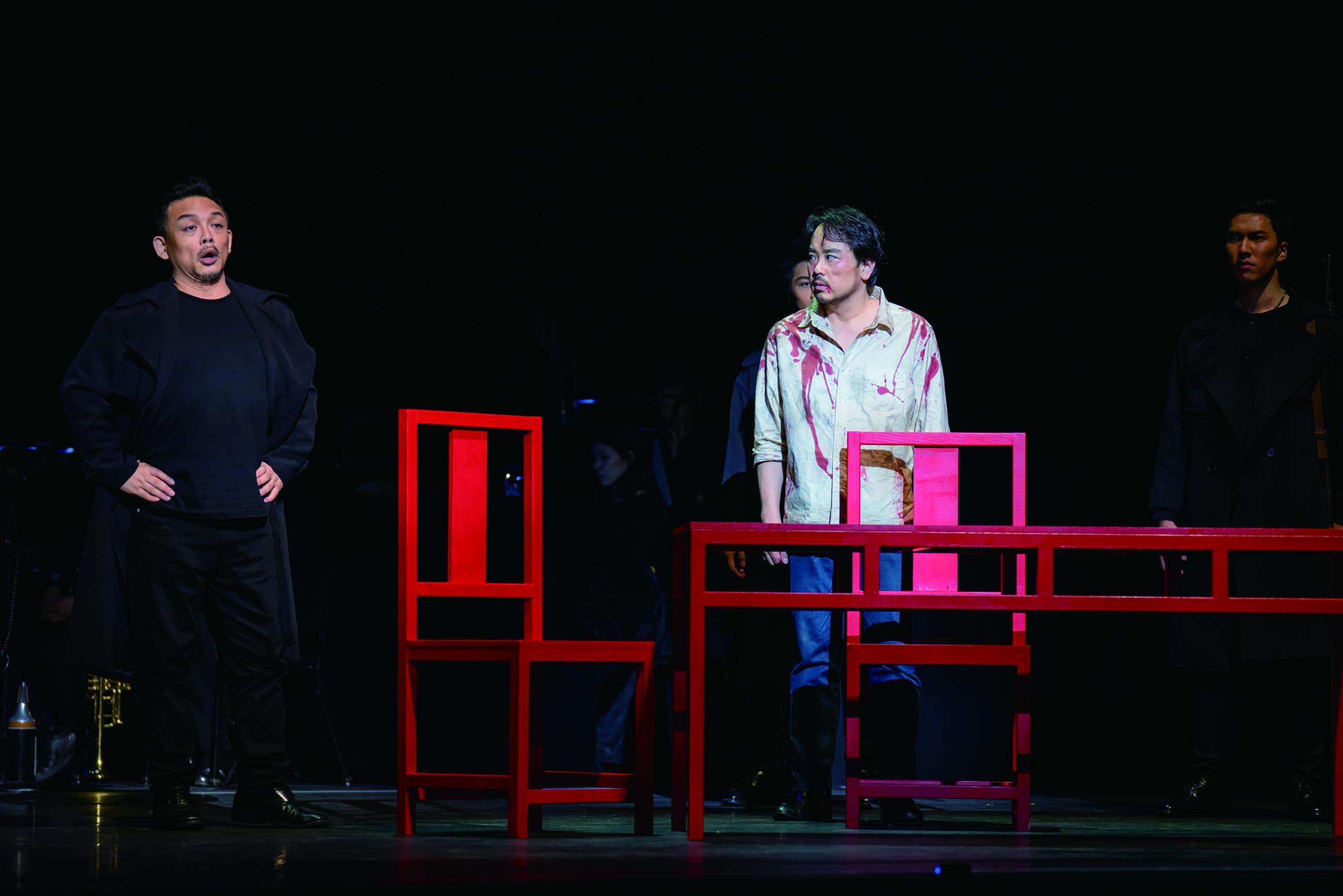 《托斯卡》以「一桌二椅」的精簡更能聚焦,拿去繁複的道具、燈光,歌者的唱腔、走位都將更加吸引觀眾目光。.jpg