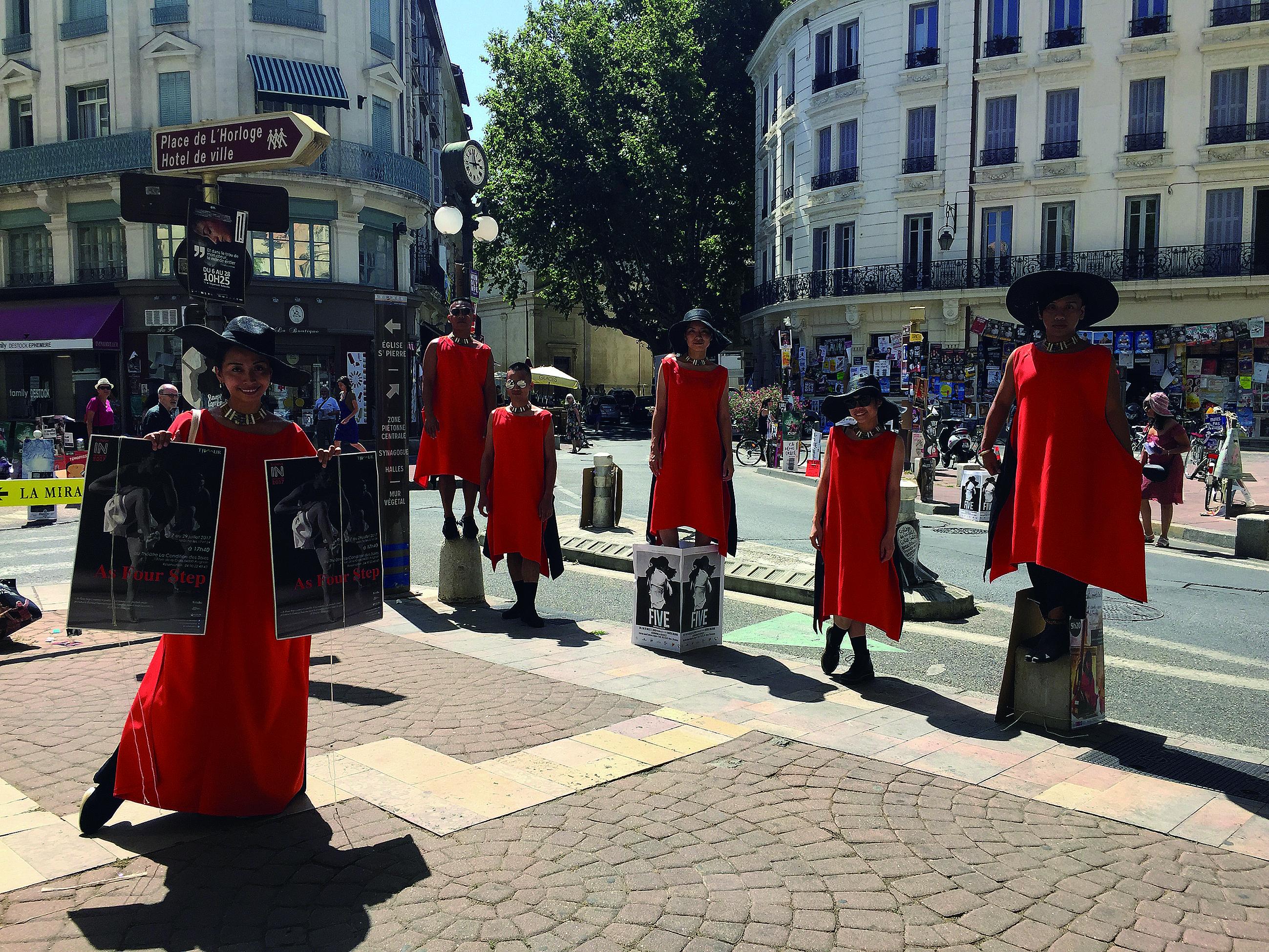 蒂摩爾古薪舞集走出國門,無論在劇場或是行走在街頭,都是目光焦點。.JPG
