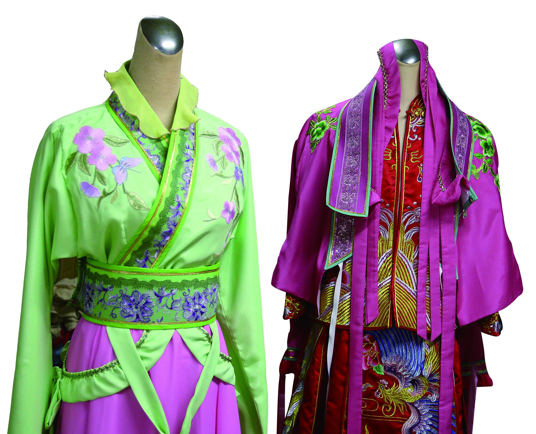 為了讓太太張孟逸有合身的戲服穿,陳振旺開始學做服裝,到現在可以設計一整齣戲的衣服。.jpg