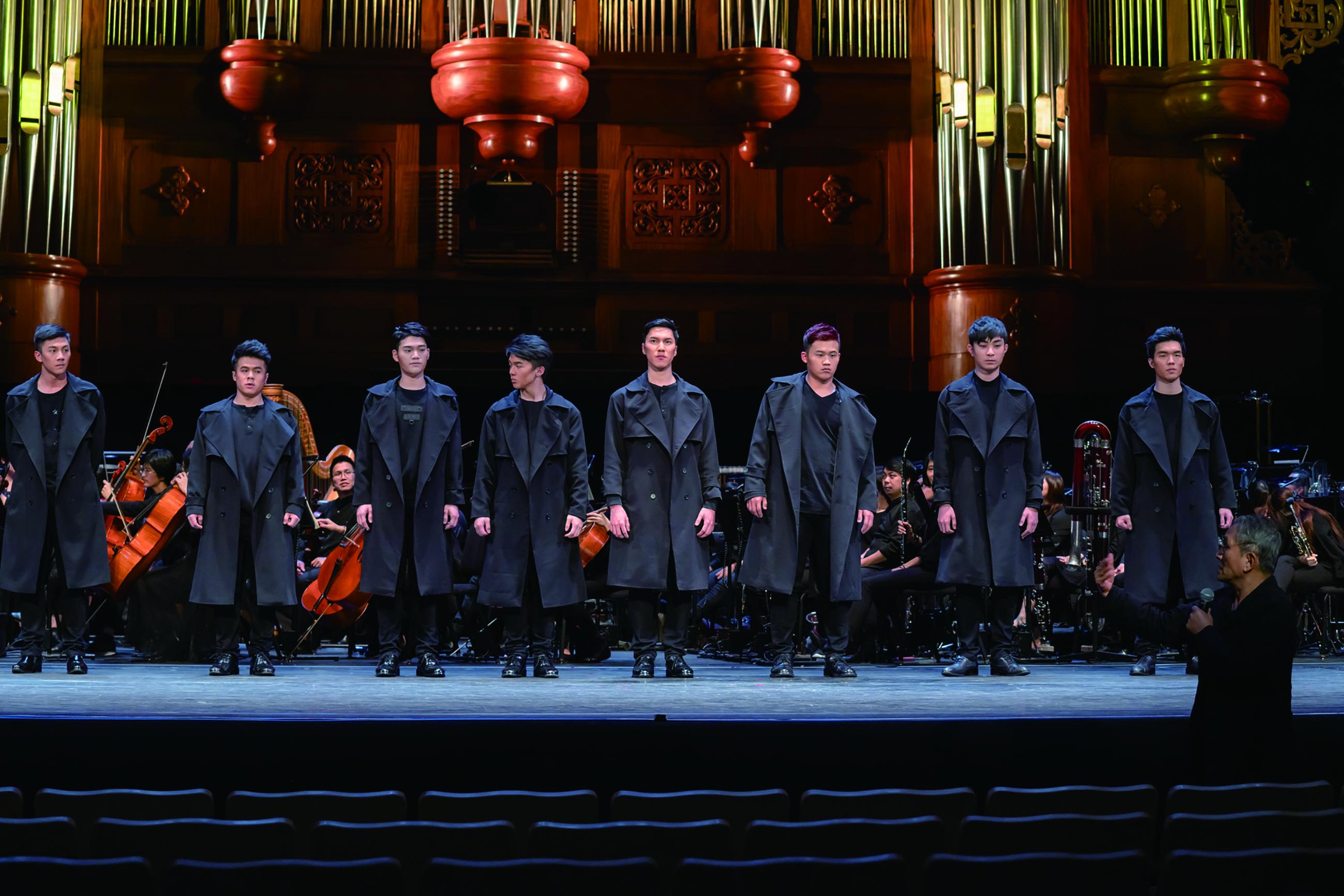 舞臺上位隨從包括京劇學系、民俗技藝學系、歌仔戲學系、客家戲學系共8位同學參與《托斯卡》演出。他們年輕又帥氣的臺風引起矚目。.jpg