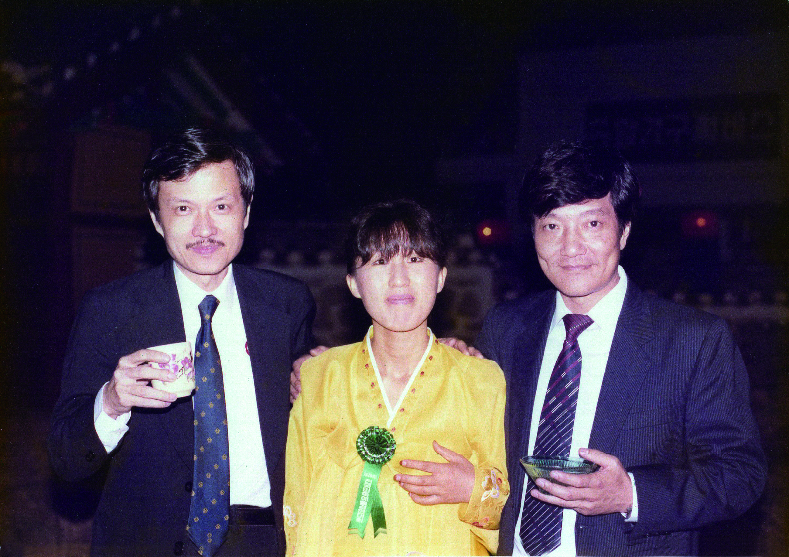 盧亮輝(左)與已故的香港中樂團指揮吳大江(右),交情深友誼堅定。.JPG