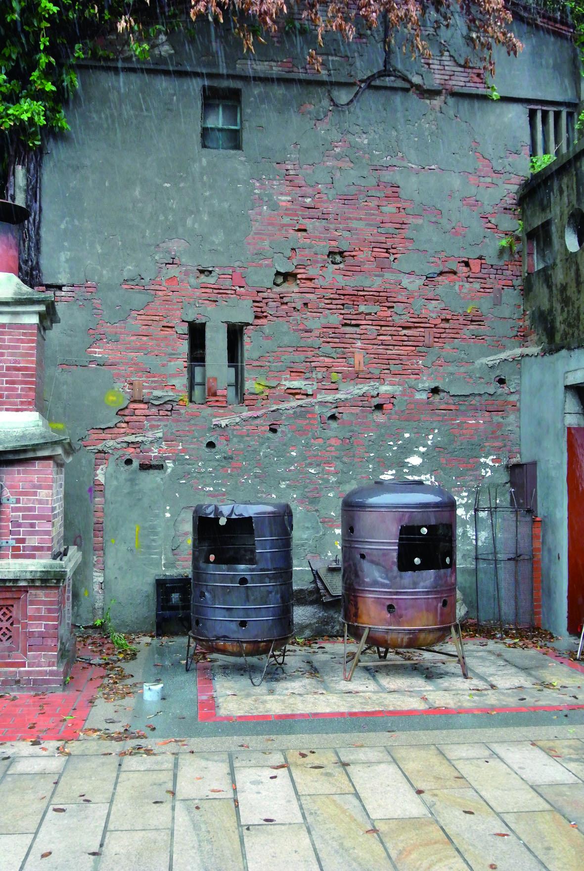 鹿港寺廟金爐,臨時放置,但是易生火災,為重要防護的熱區。.JPG