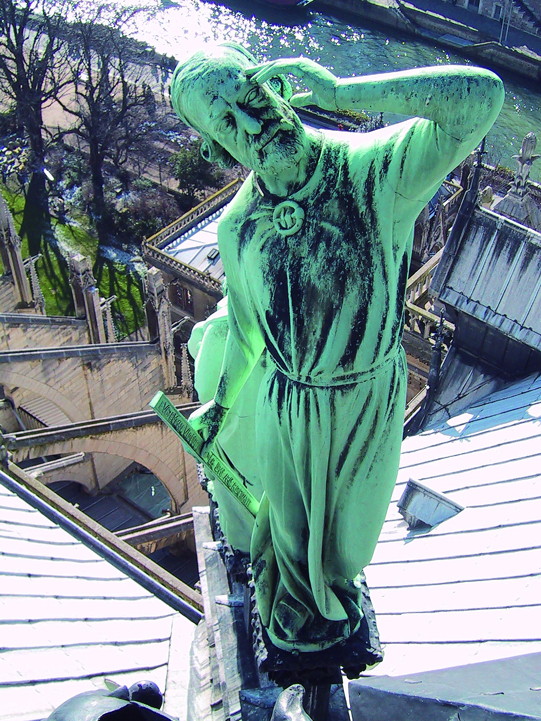 中央尖塔旁的十二使徒及福音使者青銅像,回望上帝的使徒雕像,為十九世紀修復聖母院的建築師Viollet-le-Duc 本尊。(筆者攝於2001 年2 月26日)。.JPG