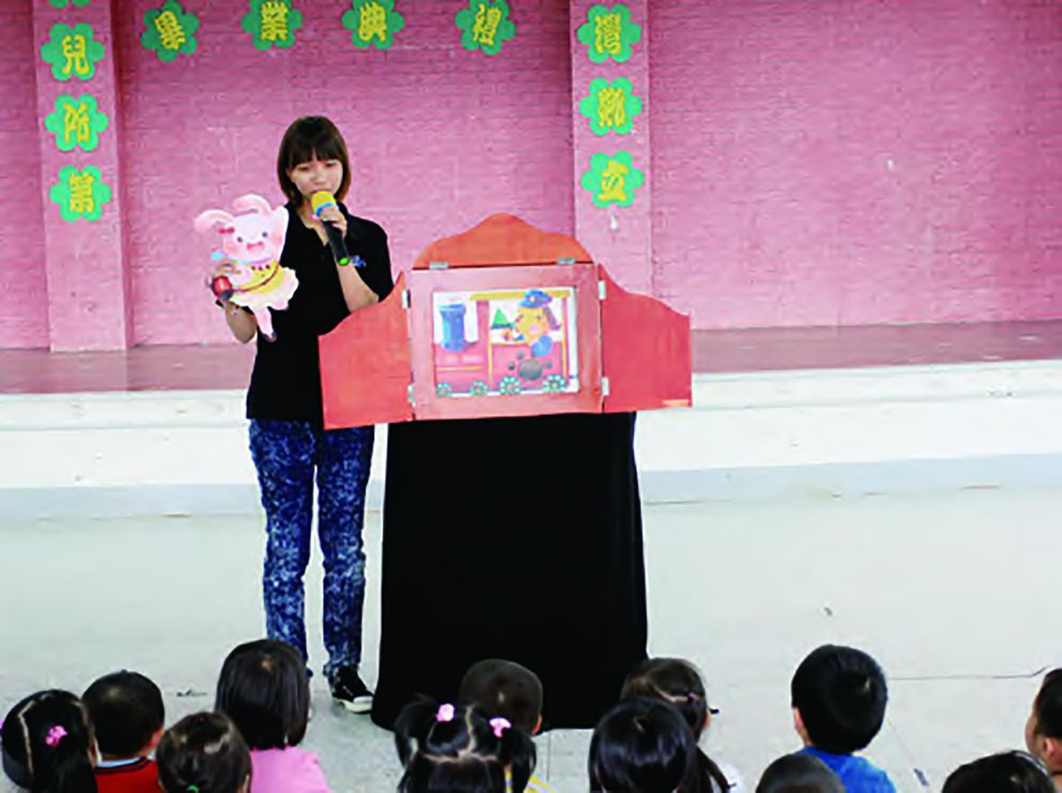 親子活動《土地歌・古早說書人》節目由紙芝居兒童劇團擔任演出。.jpg